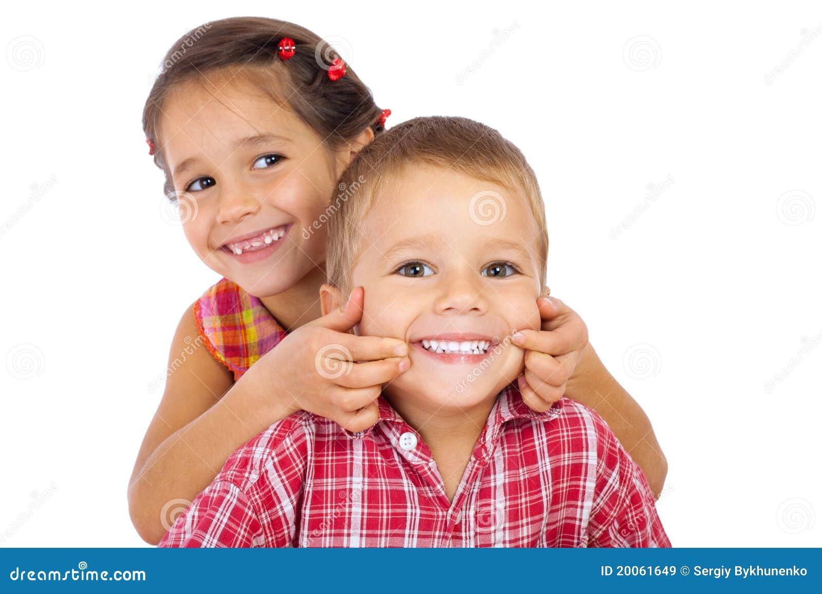 Dos pequeños niños sonrientes divertidos