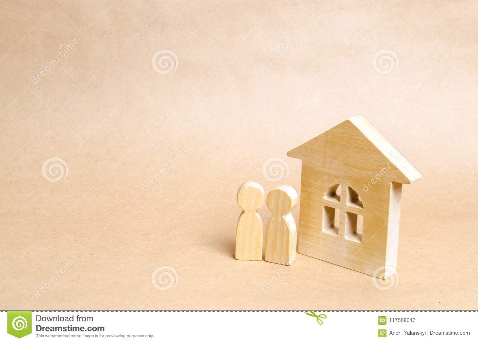 Dos personas se están colocando cerca de una casa de madera Un par de personas jovenes se colocan cerca de su nuevo hogar Compra