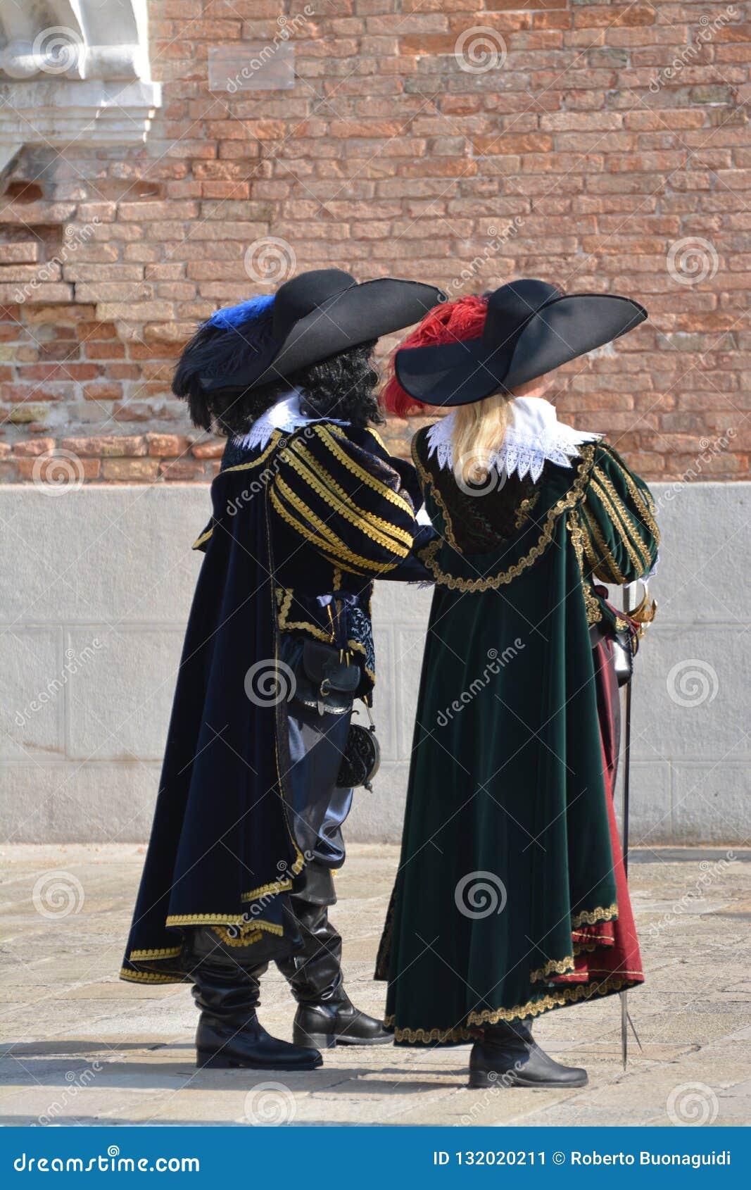 Dos personas vestidas como siglo XVII en el carnaval de Venecia
