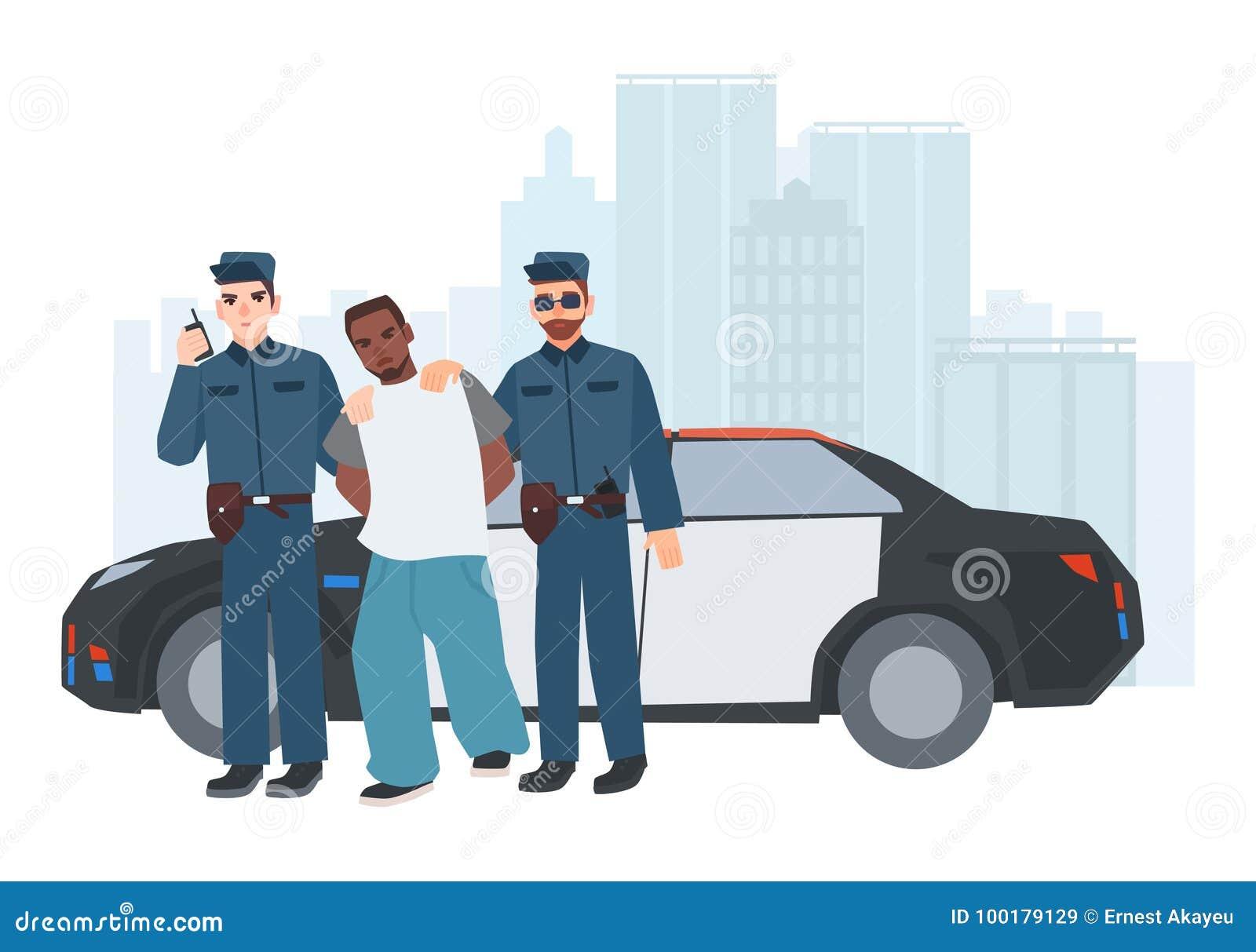 Dos policías en el uniforme que se opone el coche policía cercano con el criminal cogido a edificios de la ciudad en fondo arrest