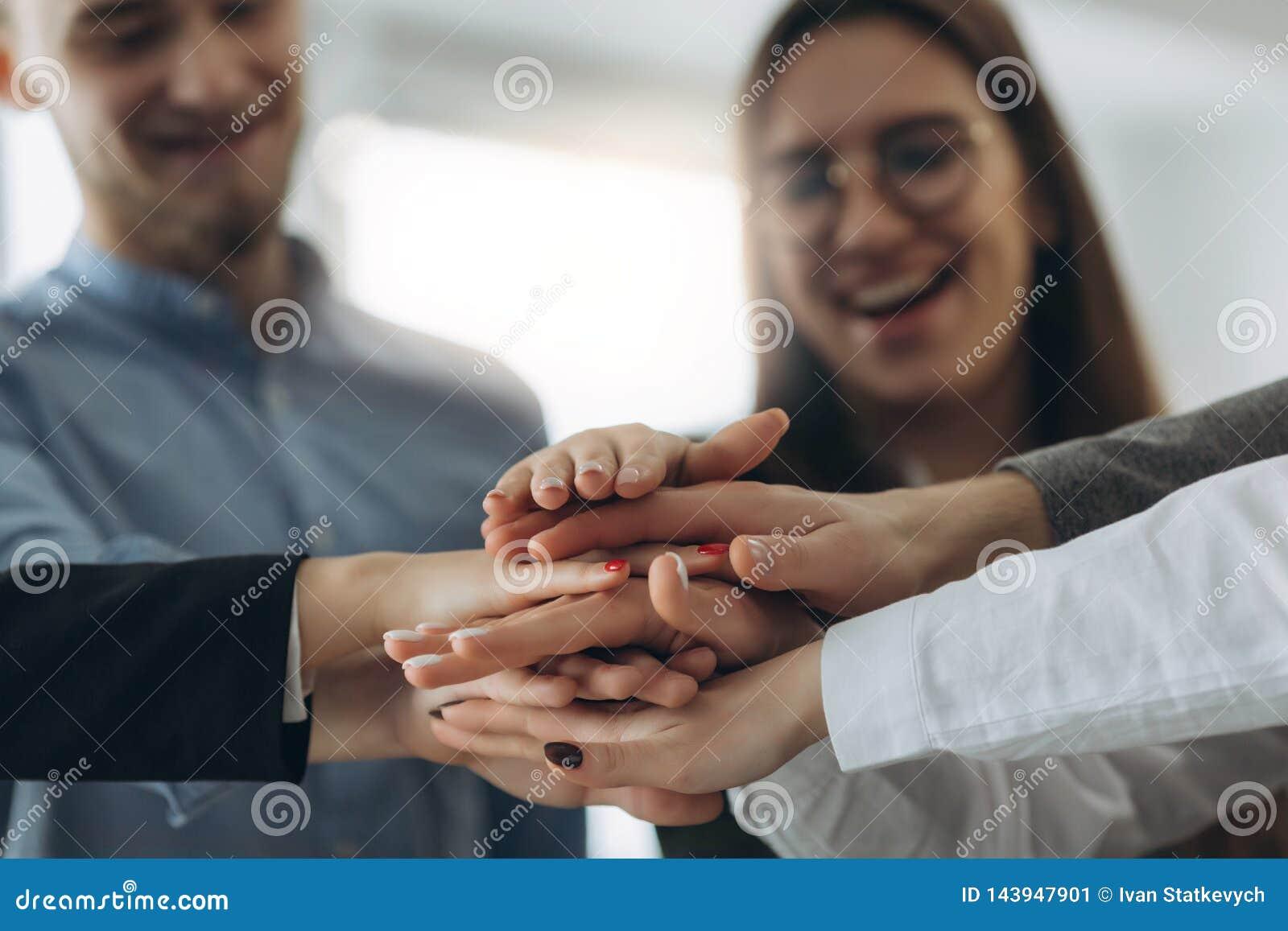 Dos povos das mãos trabalhos de equipe da parceria junto