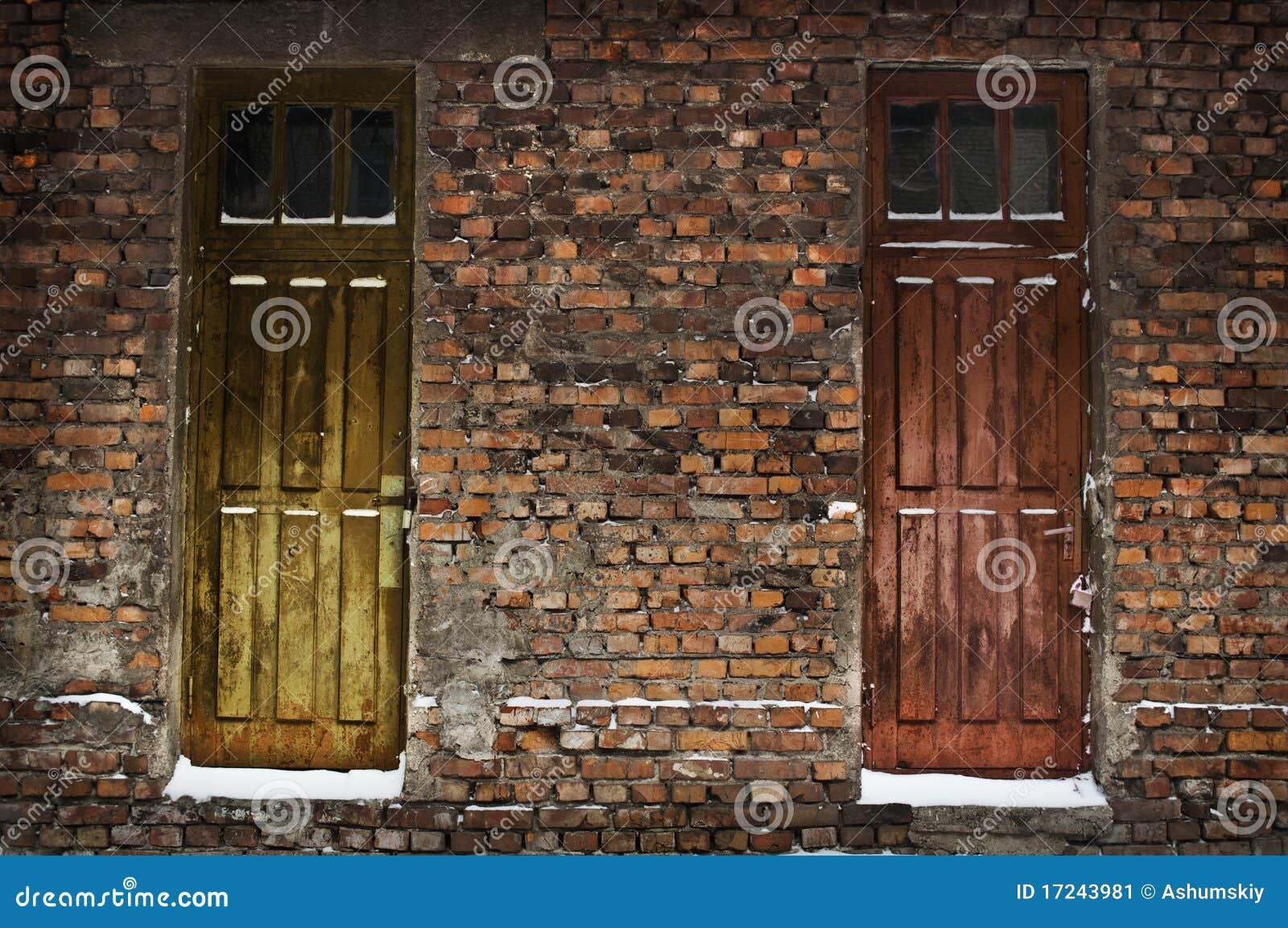 Dos puertas de madera viejas en pared de ladrillo imagen - Puertas viejas de madera ...