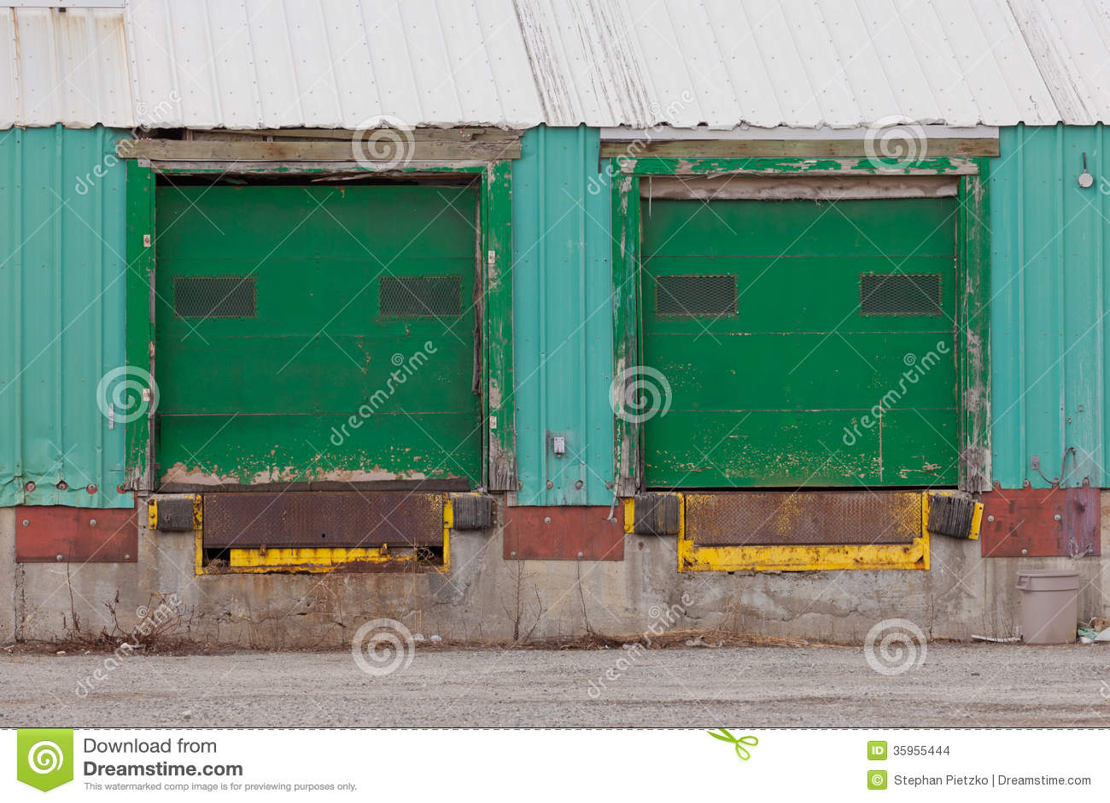 Dos rampas exteriores shuttered verdes de la puerta del cargamento