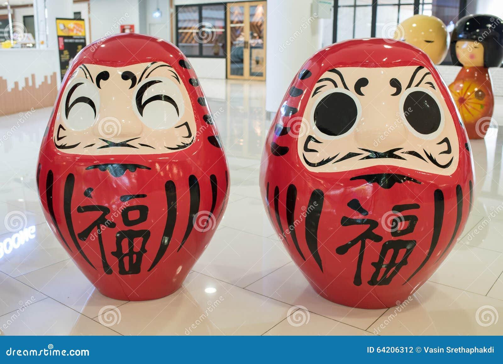 Dos rojo Okiagari Daruma en los grandes almacenes de Ekamai de la entrada