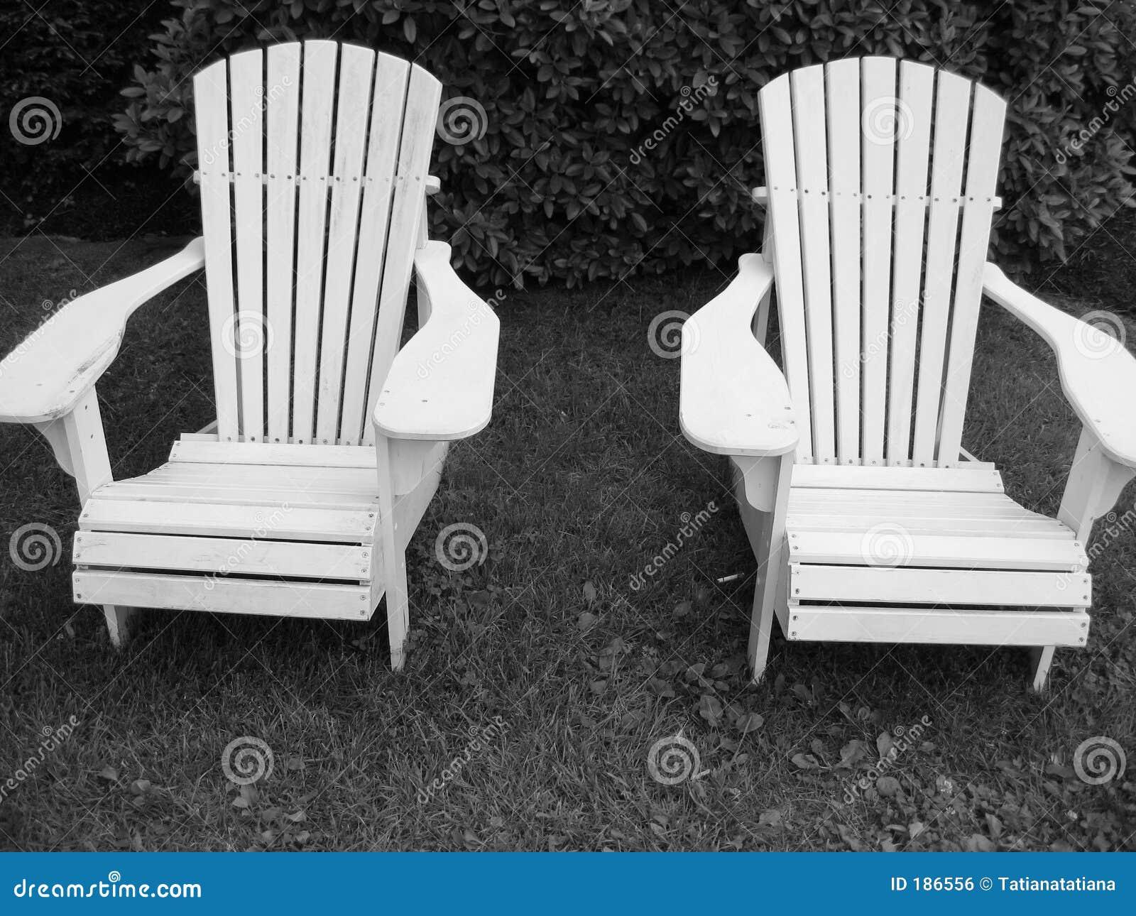 Dos sillas blancos y negros de Adirondack