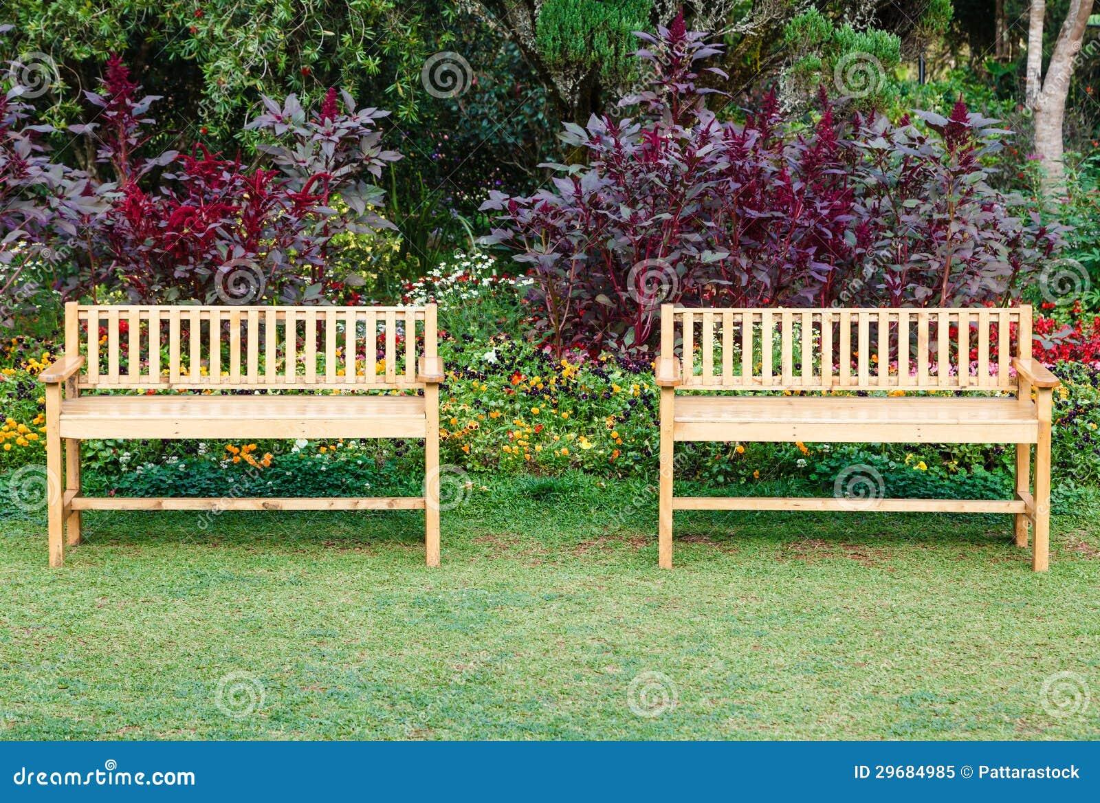 Dos sillas de madera en el parque foto de archivo libre de for Sillas para parques