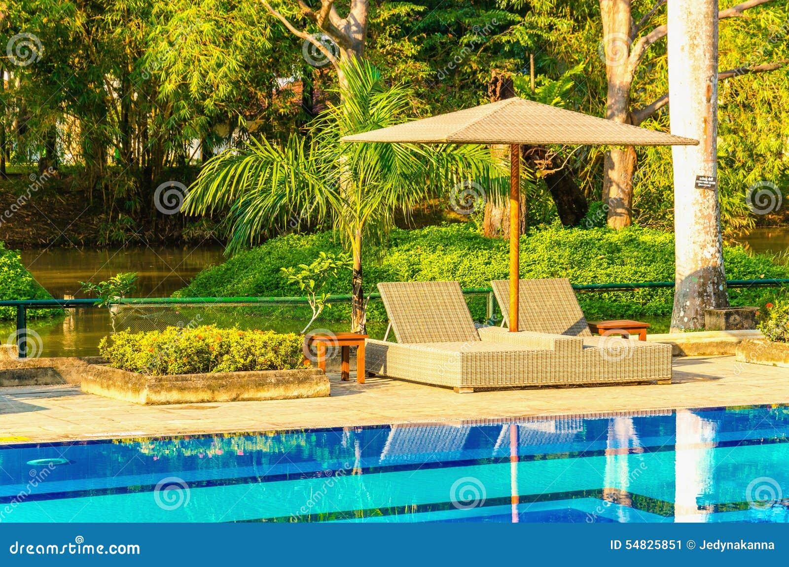 Dos sunbeds en la piscina foto de archivo imagen 54825851 for Fotos en la piscina