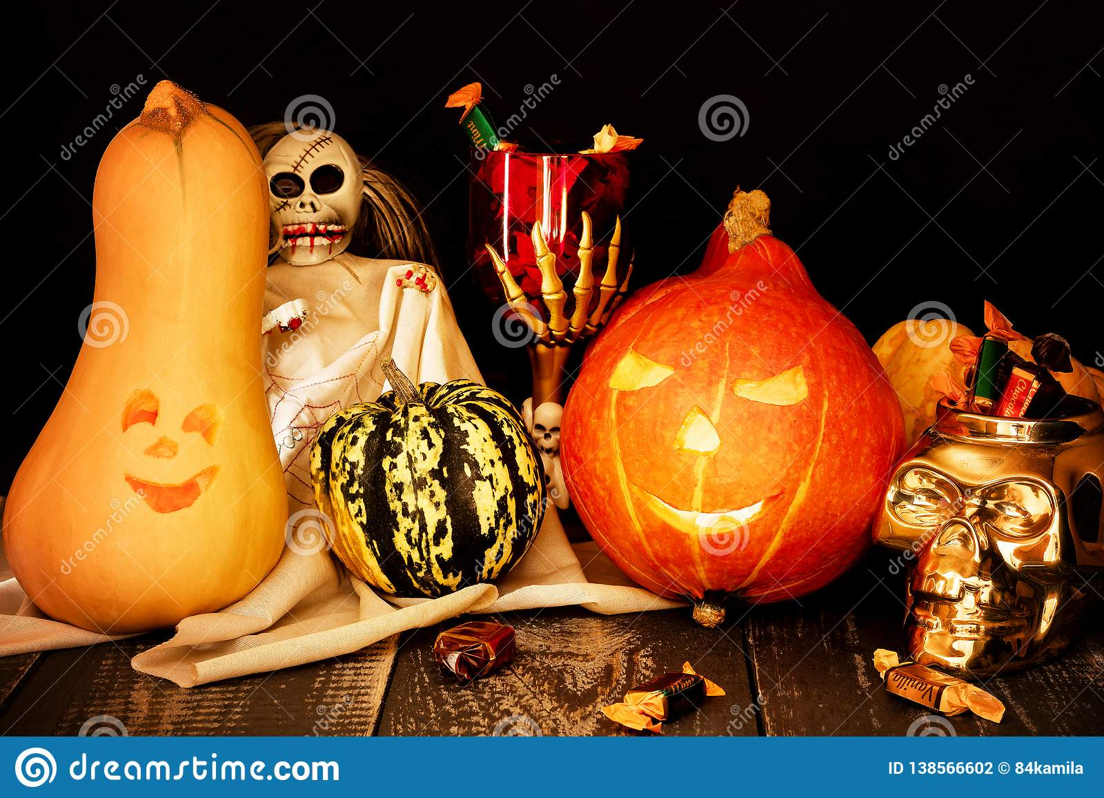 Dos tallaron las calabazas con una taza de esqueleto y de un cráneo por completo del caramelo