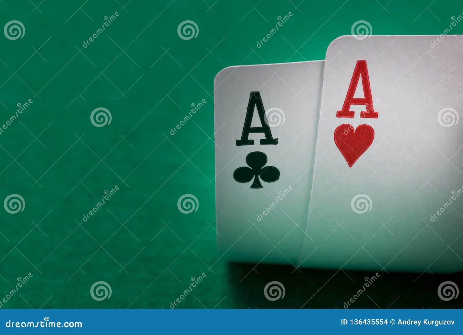 Dos tarjetas del póker de los as se cierran para arriba en una tabla verde