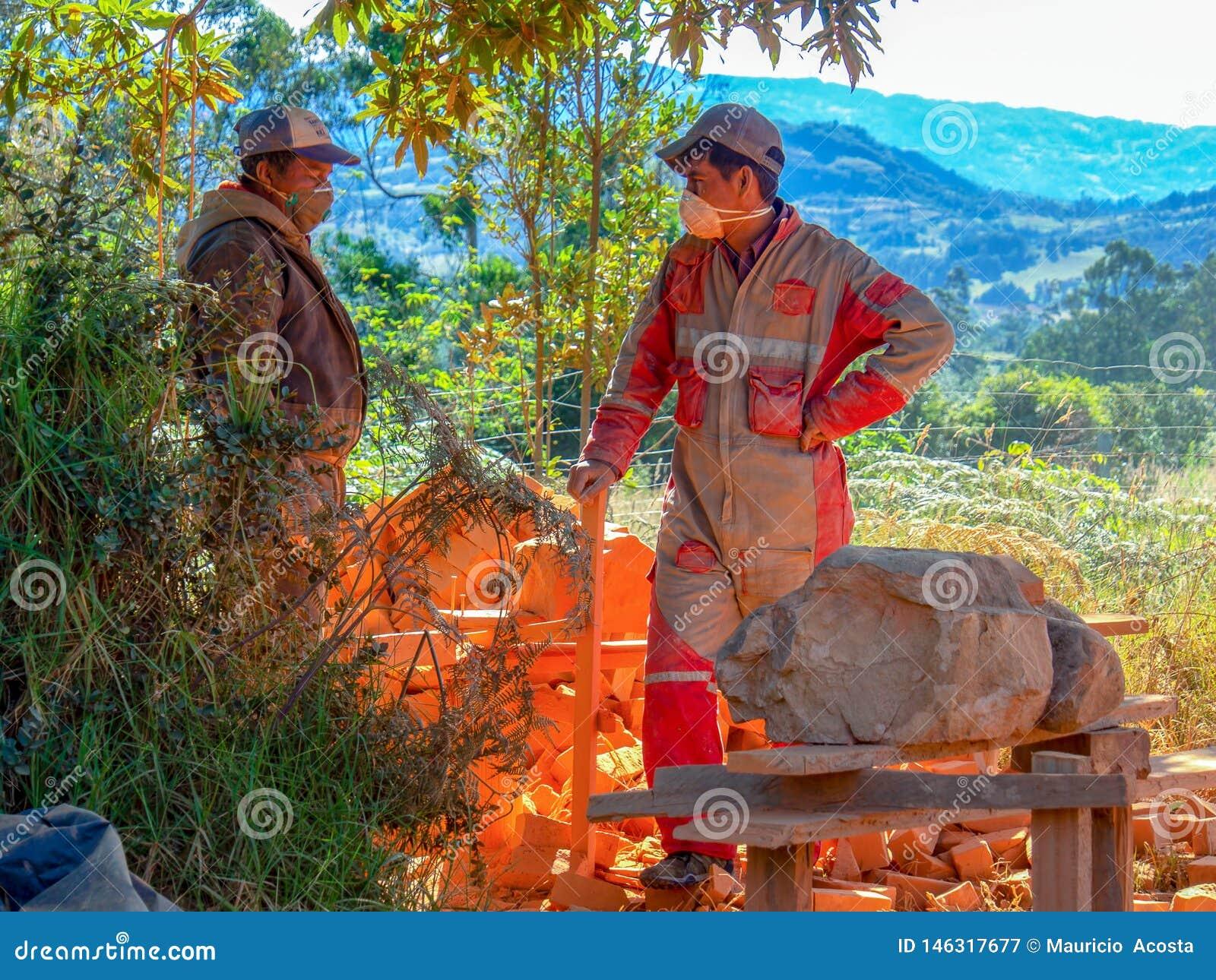 Dos trabajadores del contruction toman una rotura