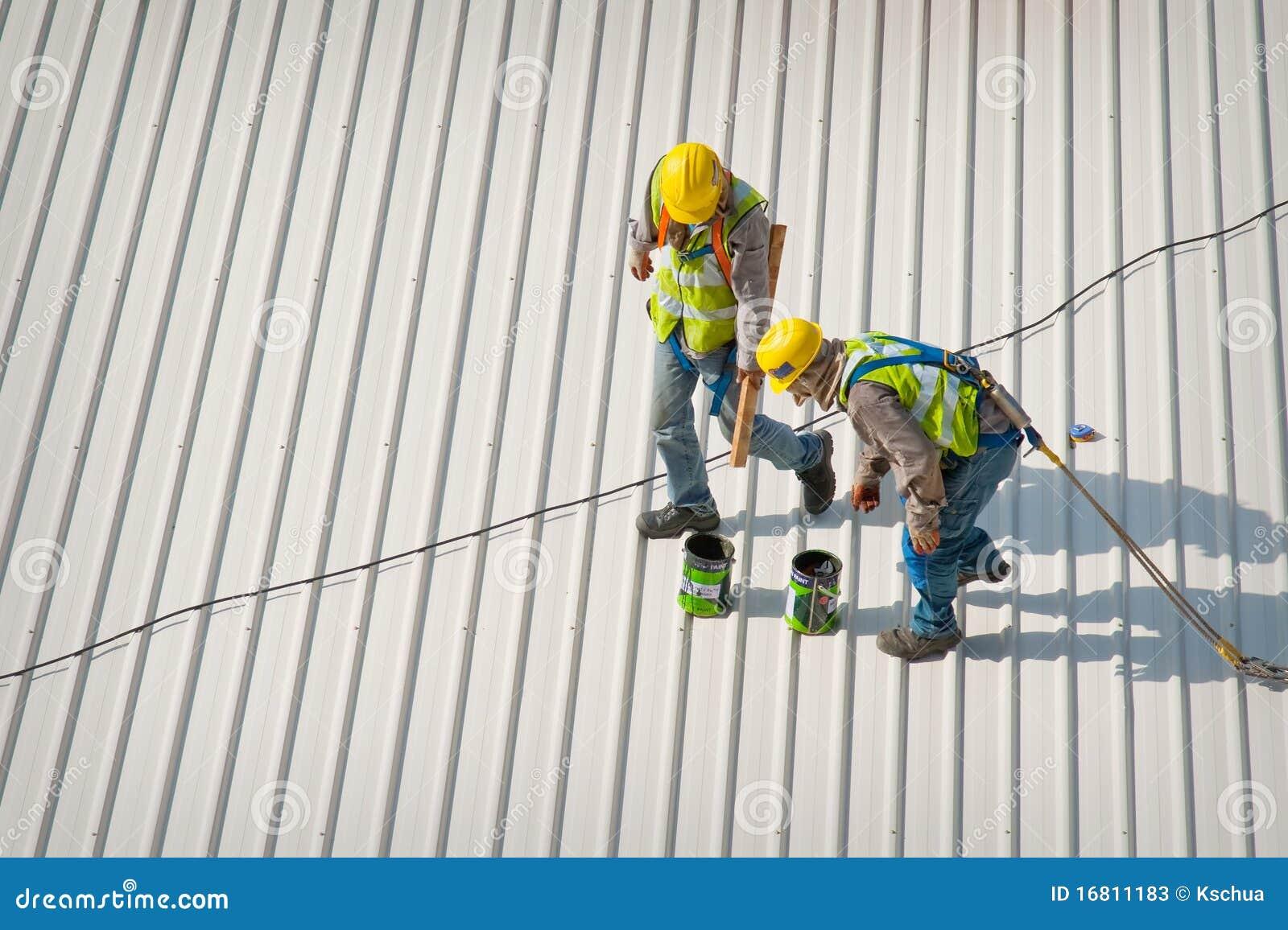 Dos trabajadores del tejado