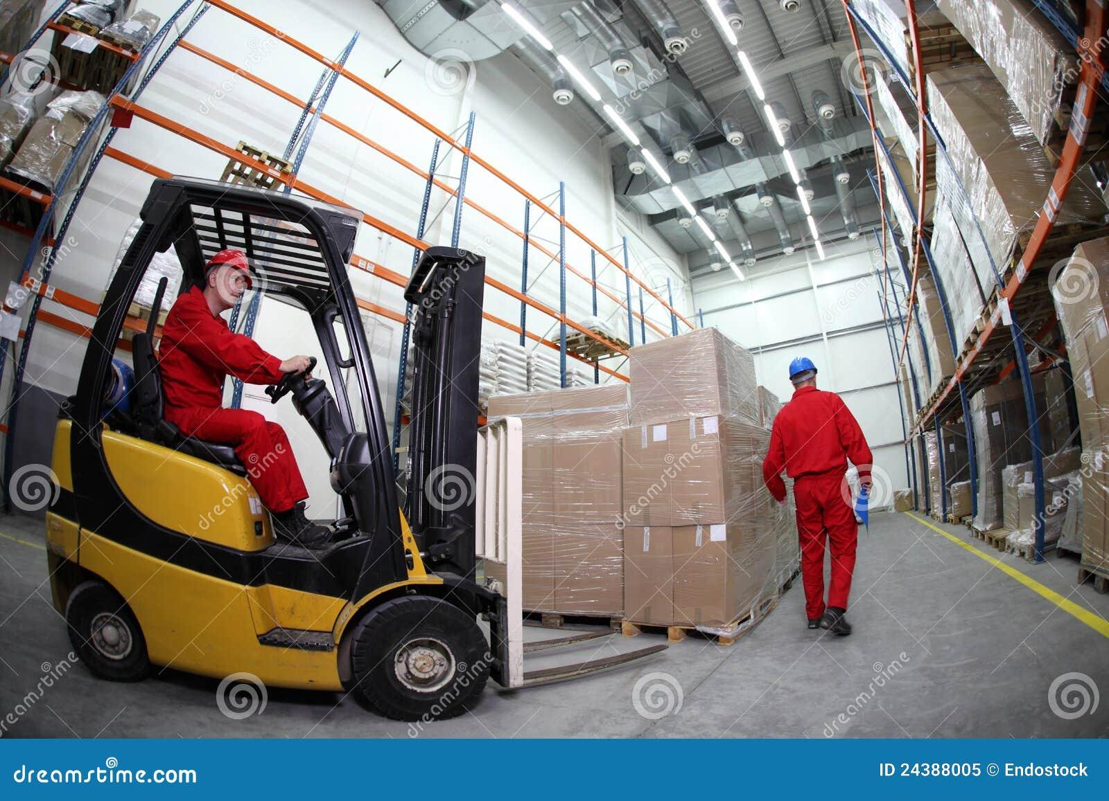 Dos trabajadores en el trabajo en almacén
