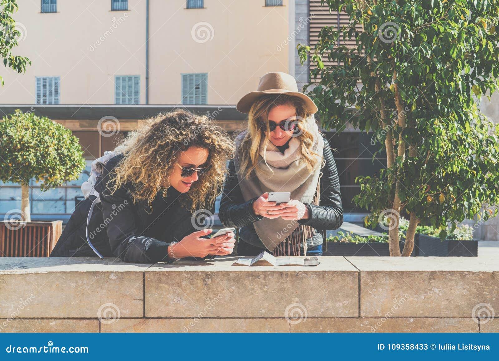 En Jovenes Sol Mochilas Turistas Gafas Dos Las De Mujeres Con j354RLAq