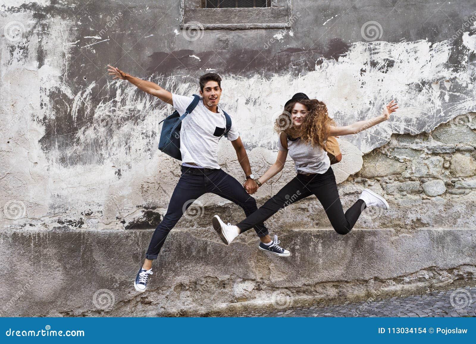Dos turistas jovenes en la ciudad vieja, divirtiéndose