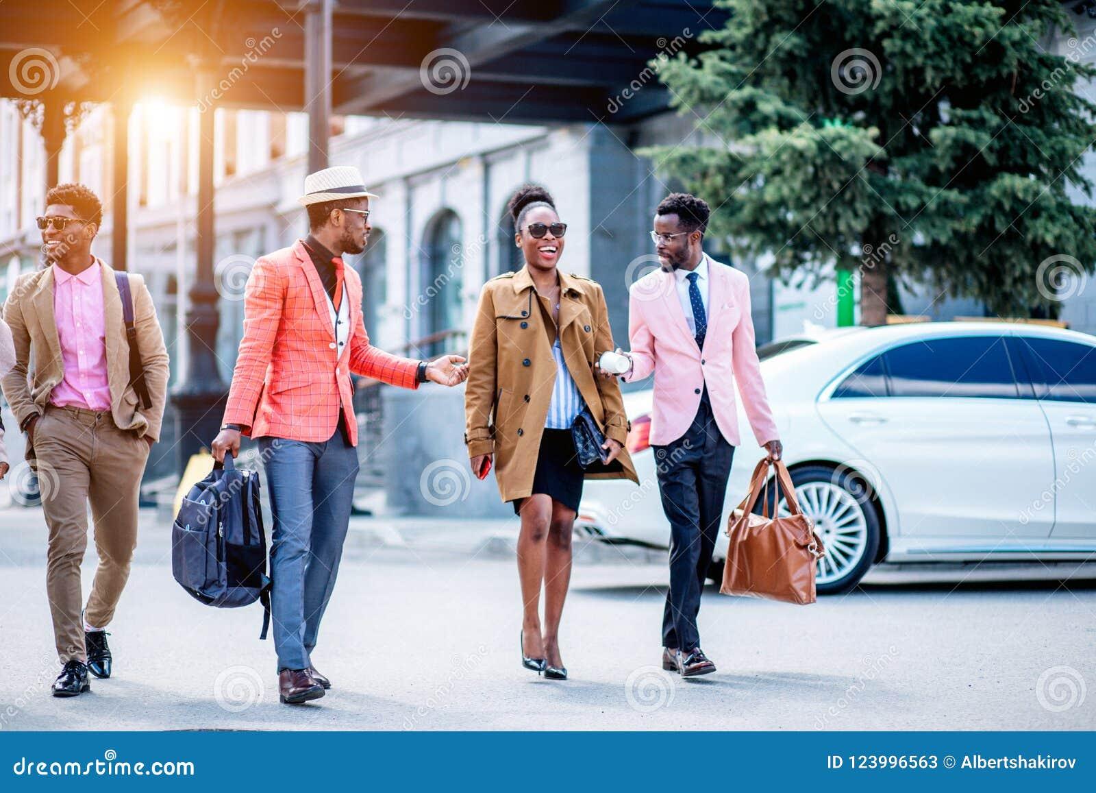 Dos varones jovenes son señora bastante afro entretenida