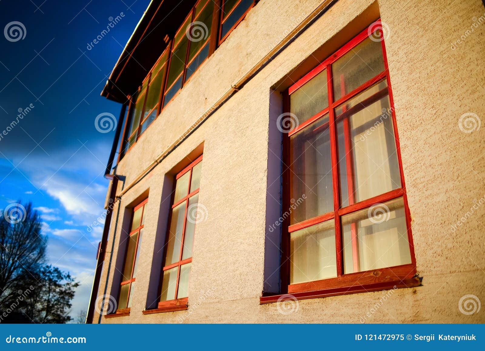Dos ventanas de madera en la pared