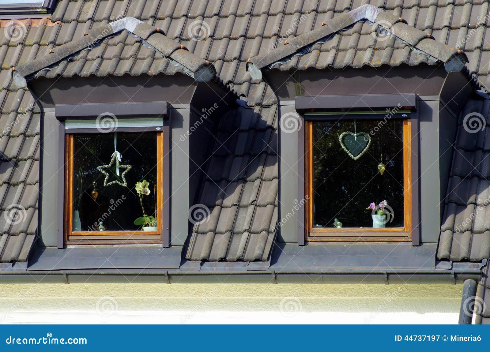 Dos ventanas en el tejado de buhardilla imagen de archivo imagen de azotea contempor neo - Ventanas de buhardilla ...
