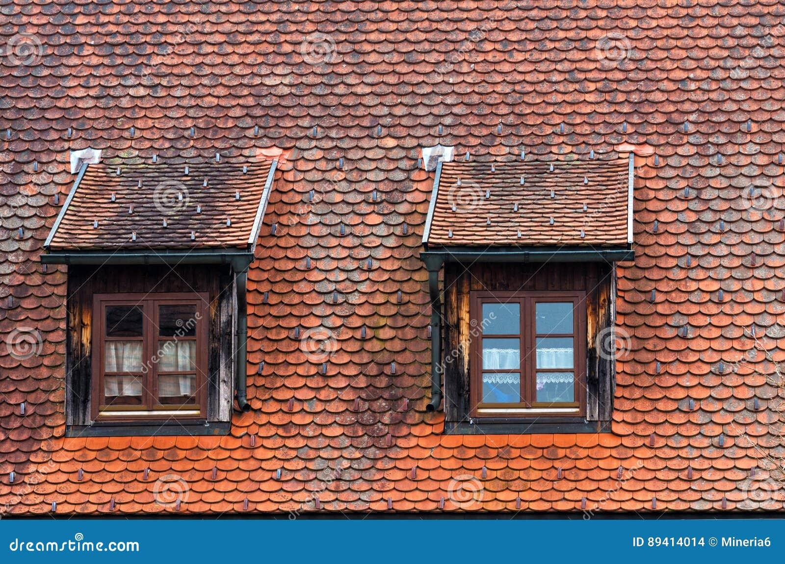 Dos ventanas en el tejado de buhardilla foto de archivo imagen 89414014 - Ventanas de buhardilla ...