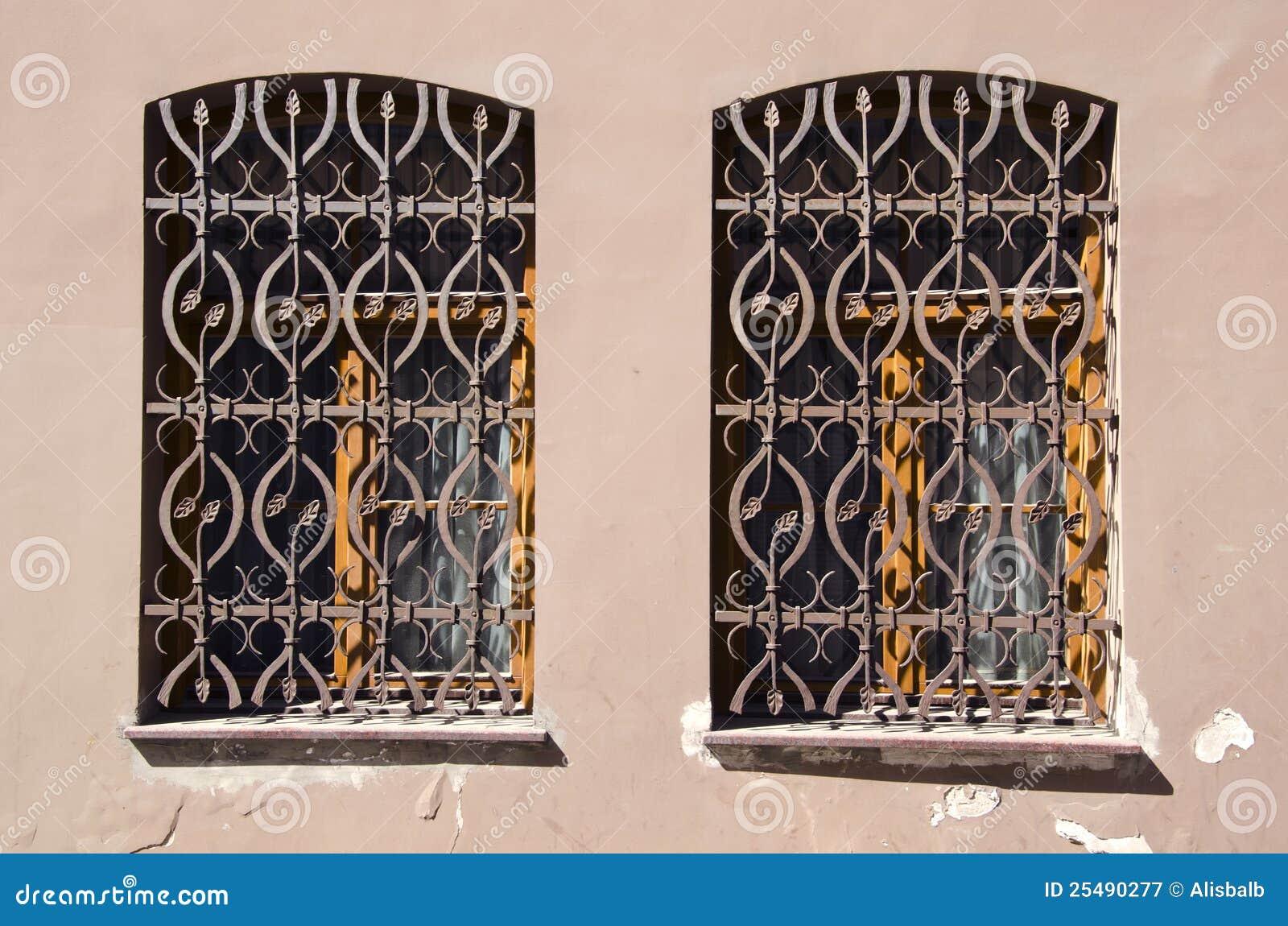 Dos Ventanas Viejas Con Las Rejas Del Metal Imagen de archivo ...