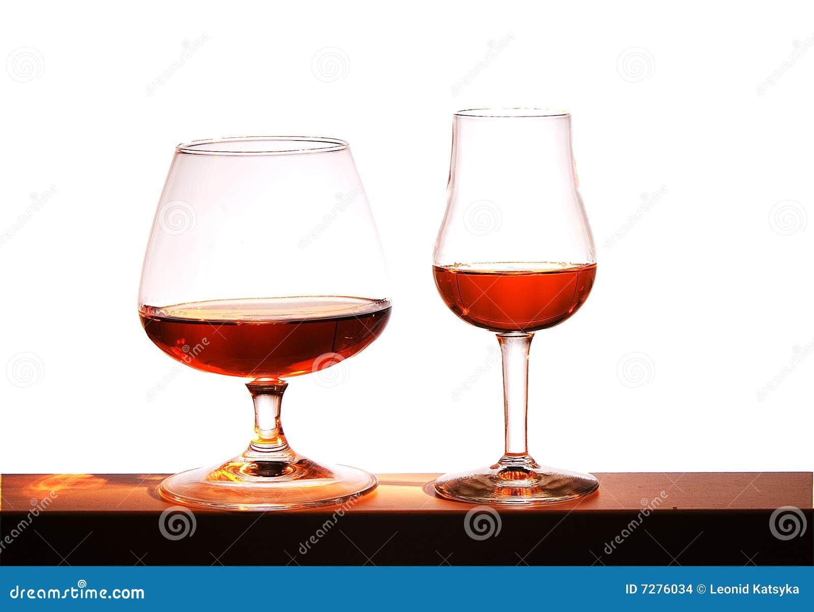 Dos vidrios con brandy en un fondo blanco