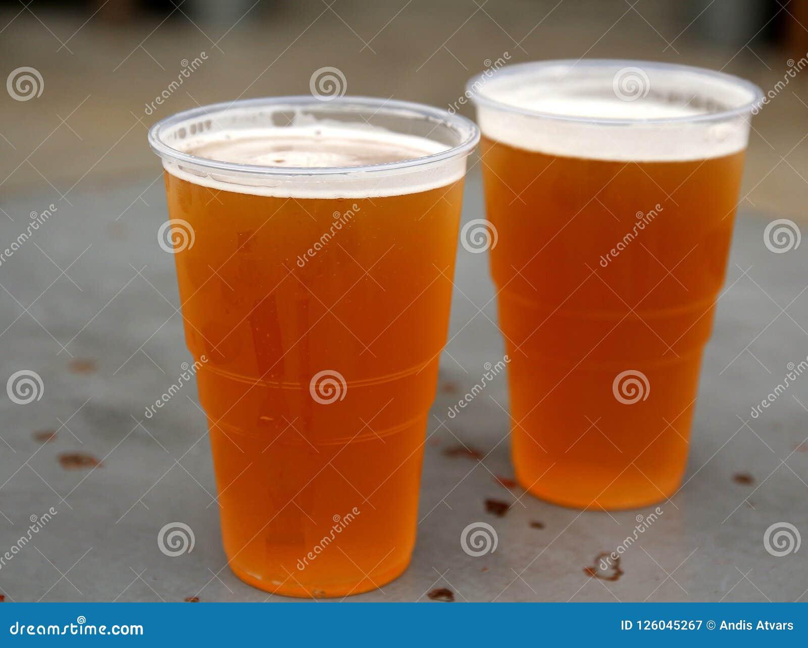 Dos vidrios de la pinta de profundidad baja hecha a mano deliciosa de las cervezas de IPA del campo
