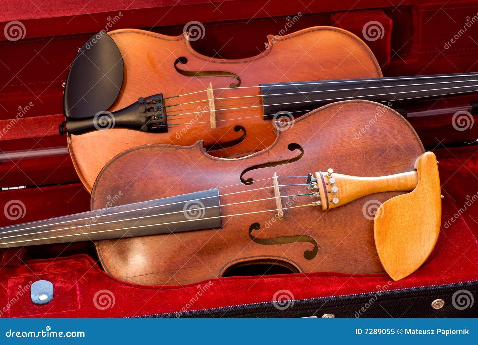 Dos violines de lado a lado en un caso