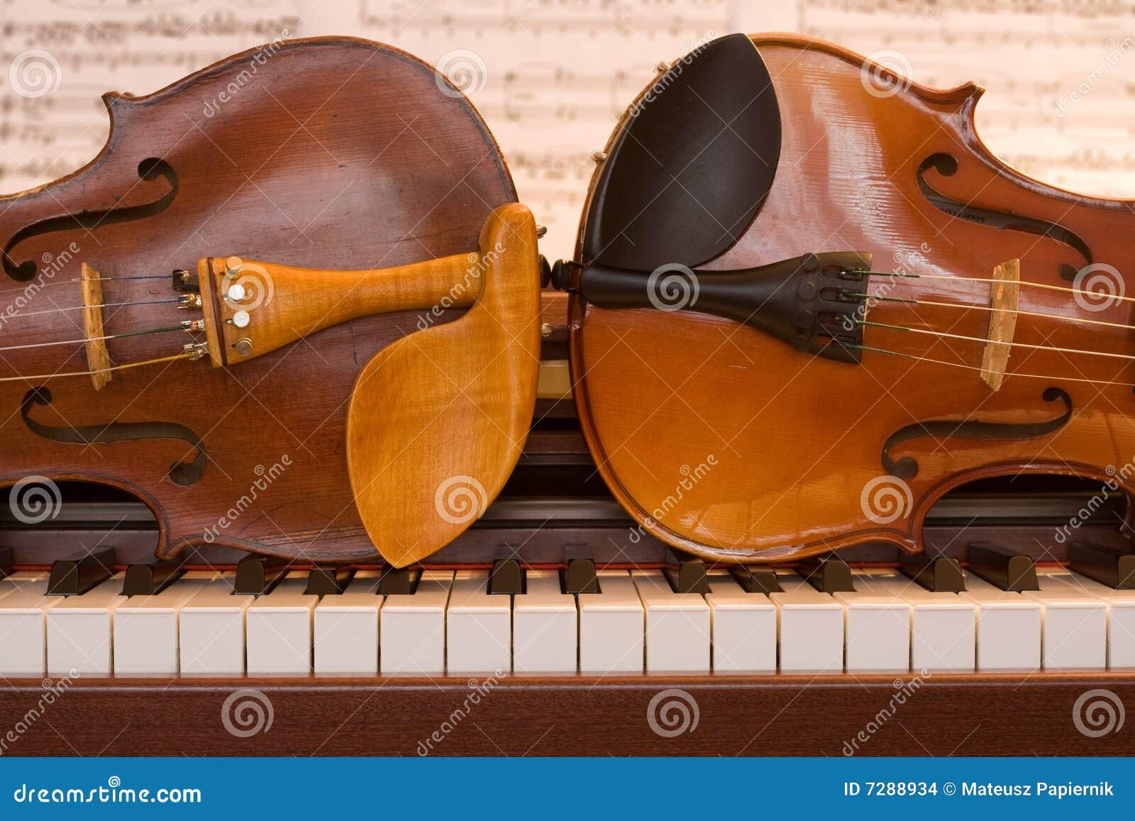 Dos violines que mienten en un teclado de piano