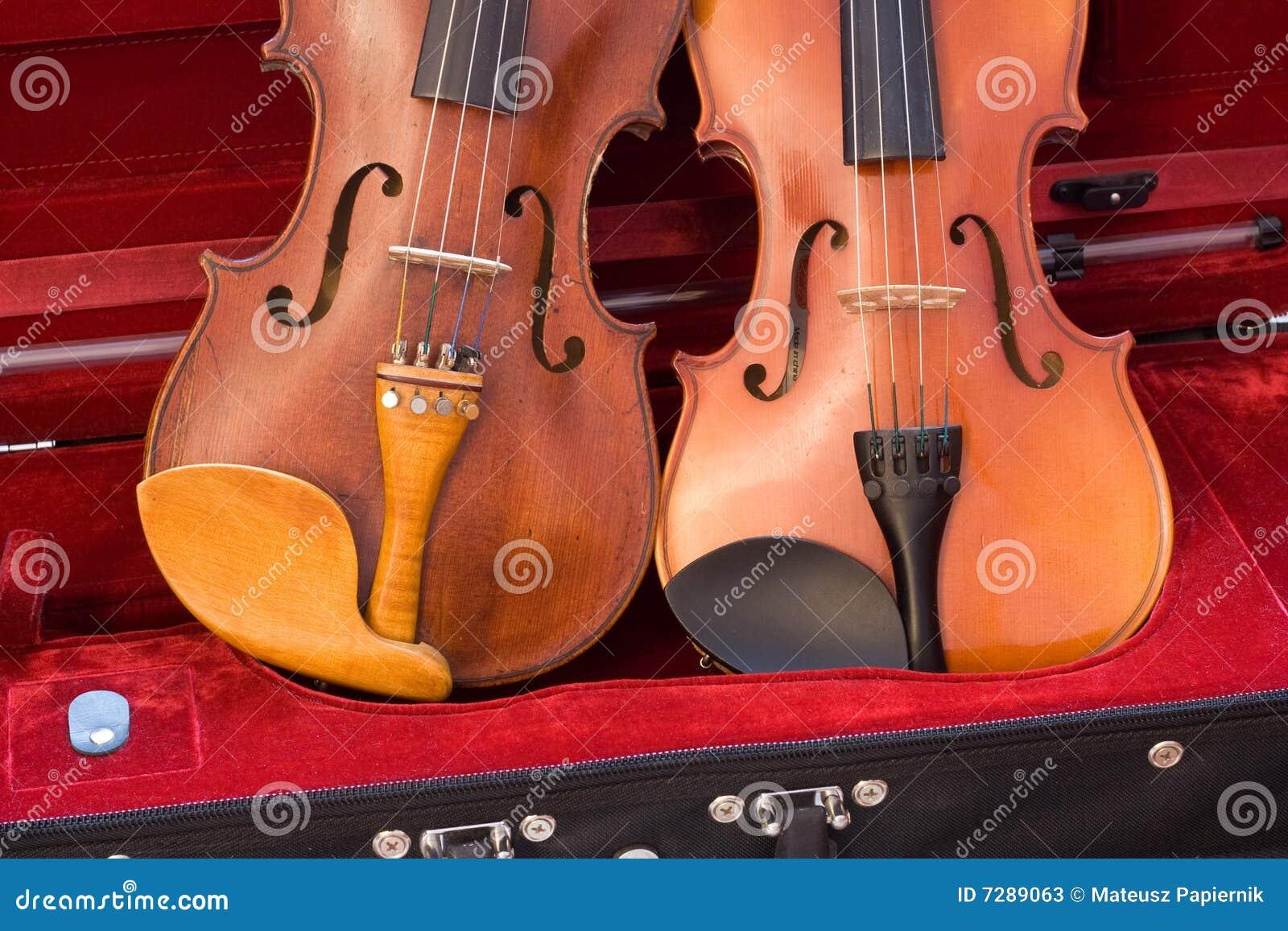 Dos violines que se reclinan en caso de que