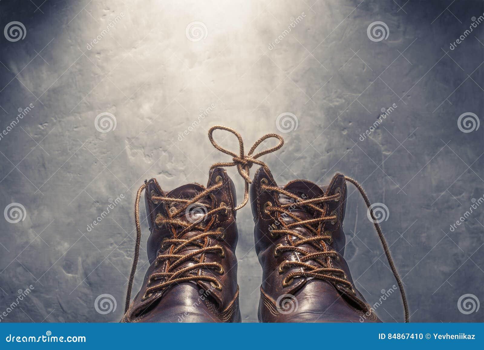 Fondo Los Zapatos De Dos Cordones Cemento En Del Muro Con Atados El rtCshQdx