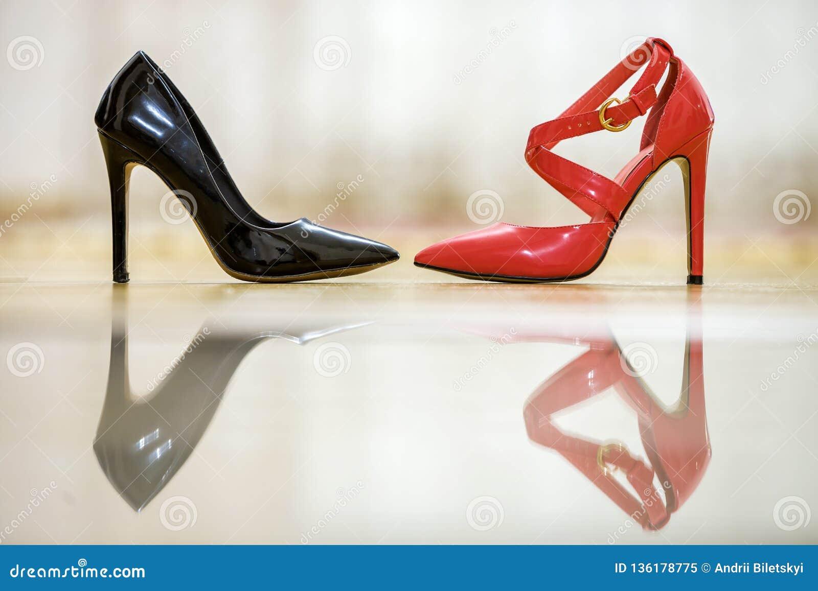 Dos Zapatos Femeninos De Cuero Del Tacón Alto Cómodo De Moda