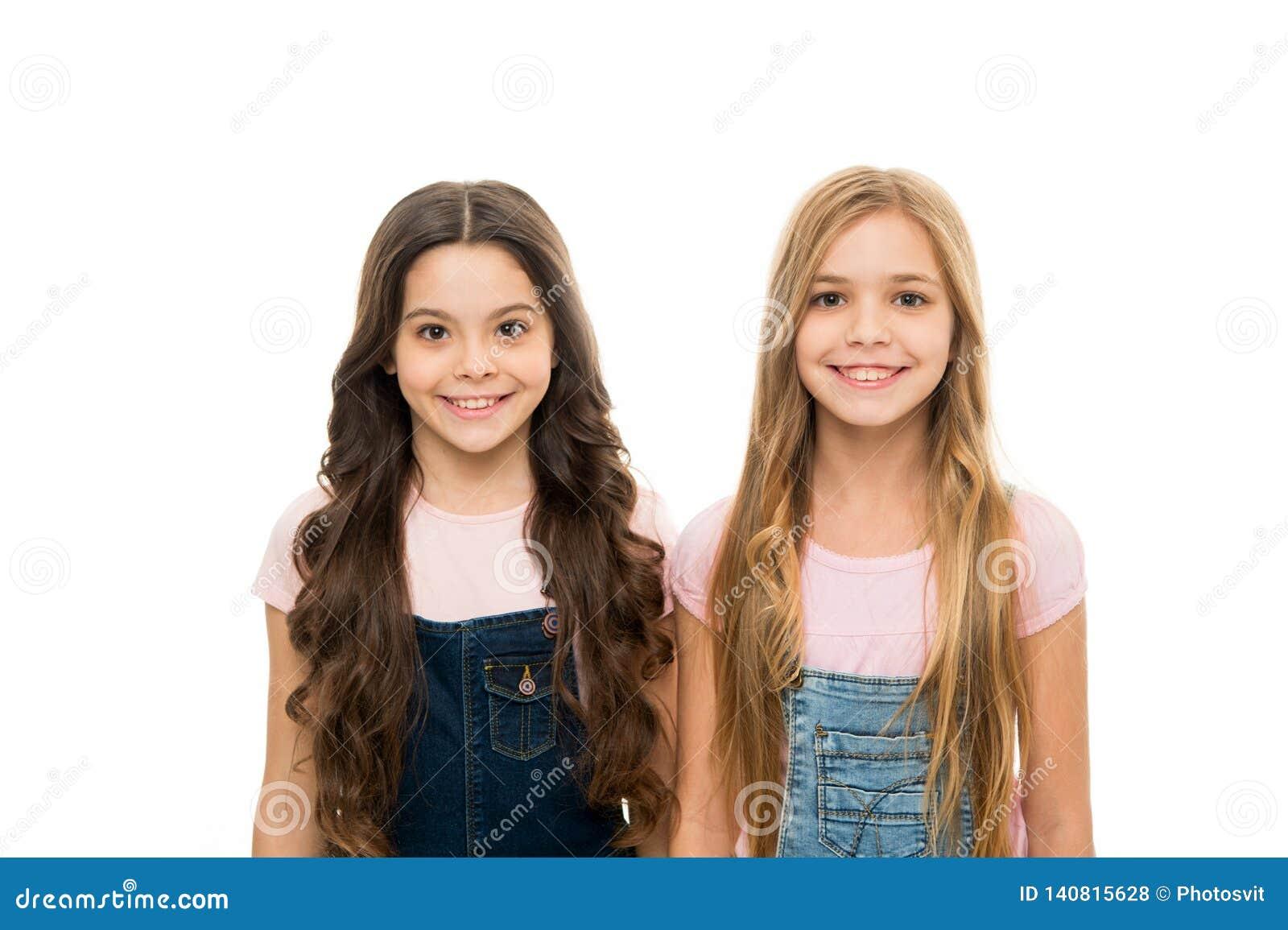 Doskonalić fryzury robić ważnemu wpływowi Dosyć małe dziewczyny z długą fryzurą Śliczny małych dziewczynek być ubranym nowy