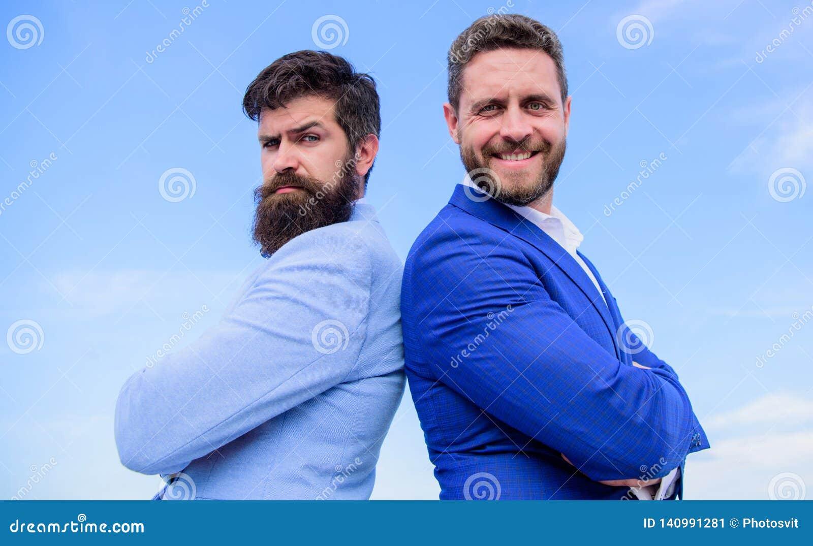 Doskonalić w każdy szczególe Biznesowych mężczyzn niebieskiego nieba statywowy tło Dobrze przygotowywający pojawienie ulepsza biz