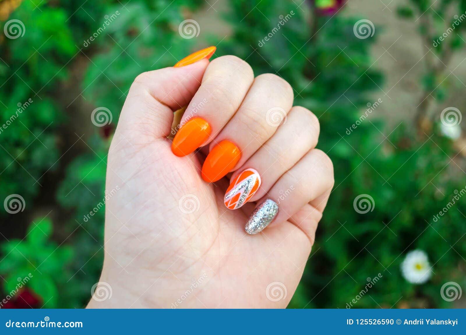 Doskonalić manicure i naturalnych gwoździe Atrakcyjny nowożytny gwóźdź sztuki projekt pomarańczowy jesień projekt dłudzy przygoto
