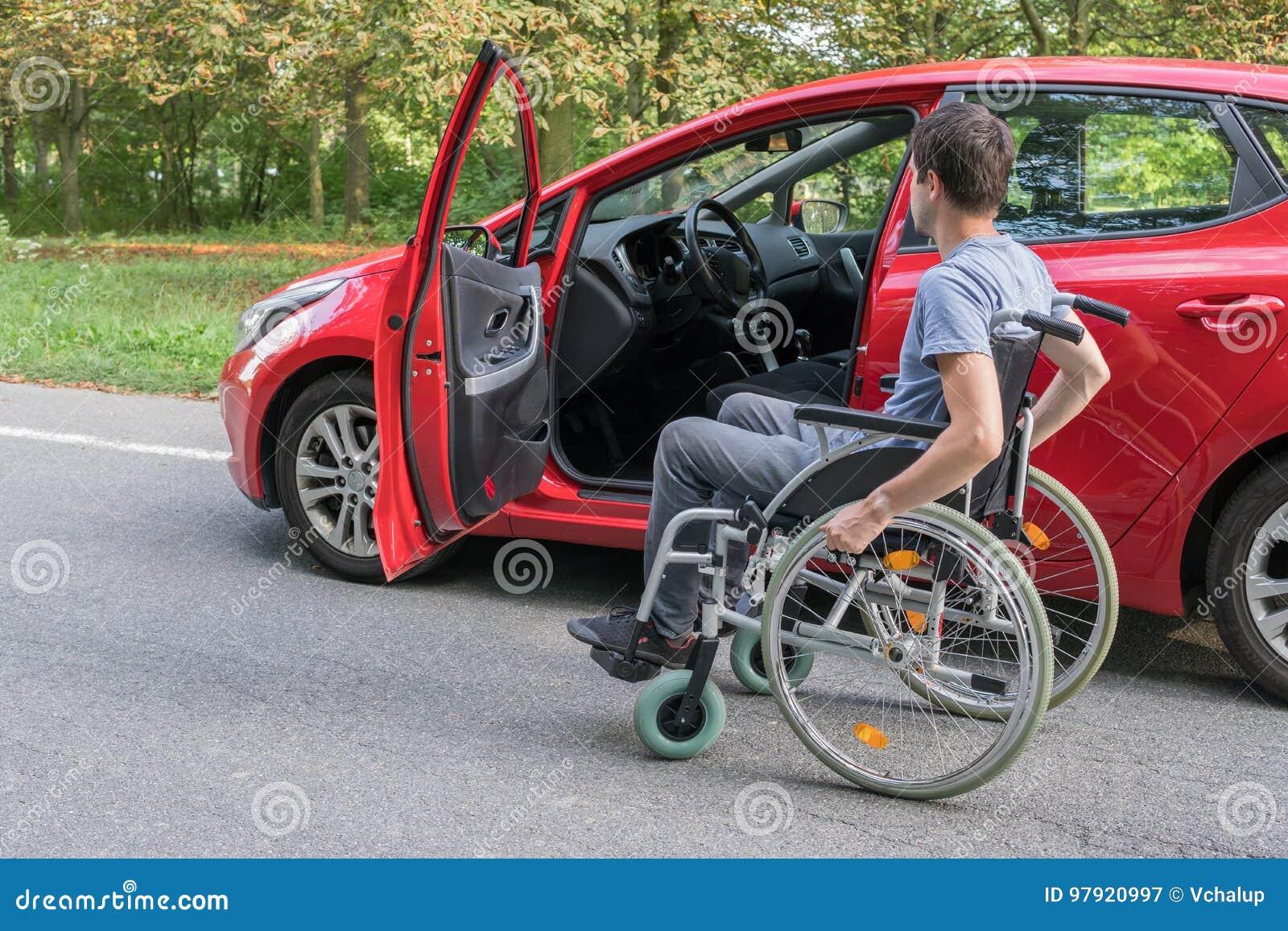 Dostępności pojęcie Niepełnosprawny lub niepełnosprawny mężczyzna na wózku inwalidzkim blisko samochodu