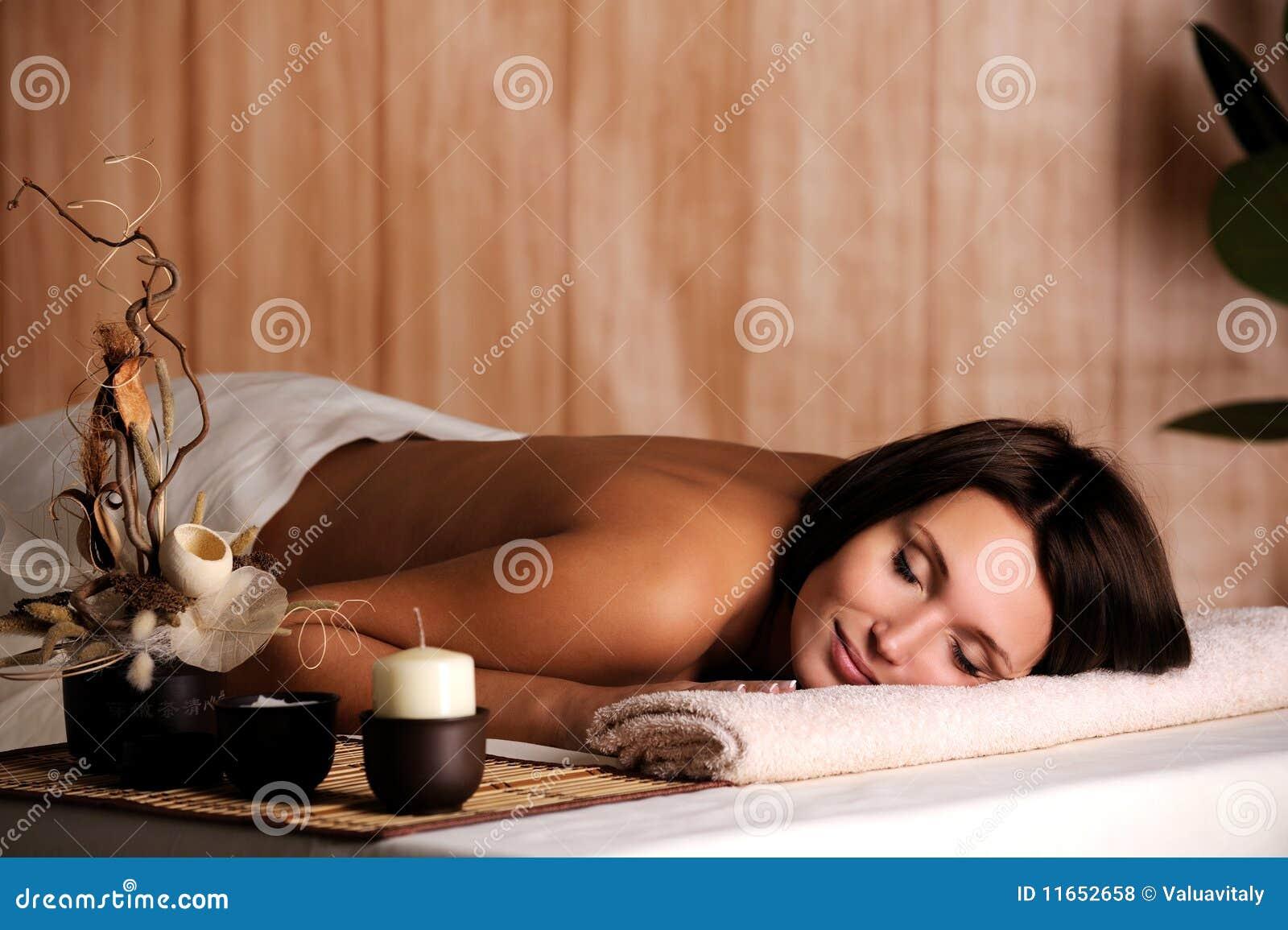 Dostaje relaksuje salonu zdroju kobiety