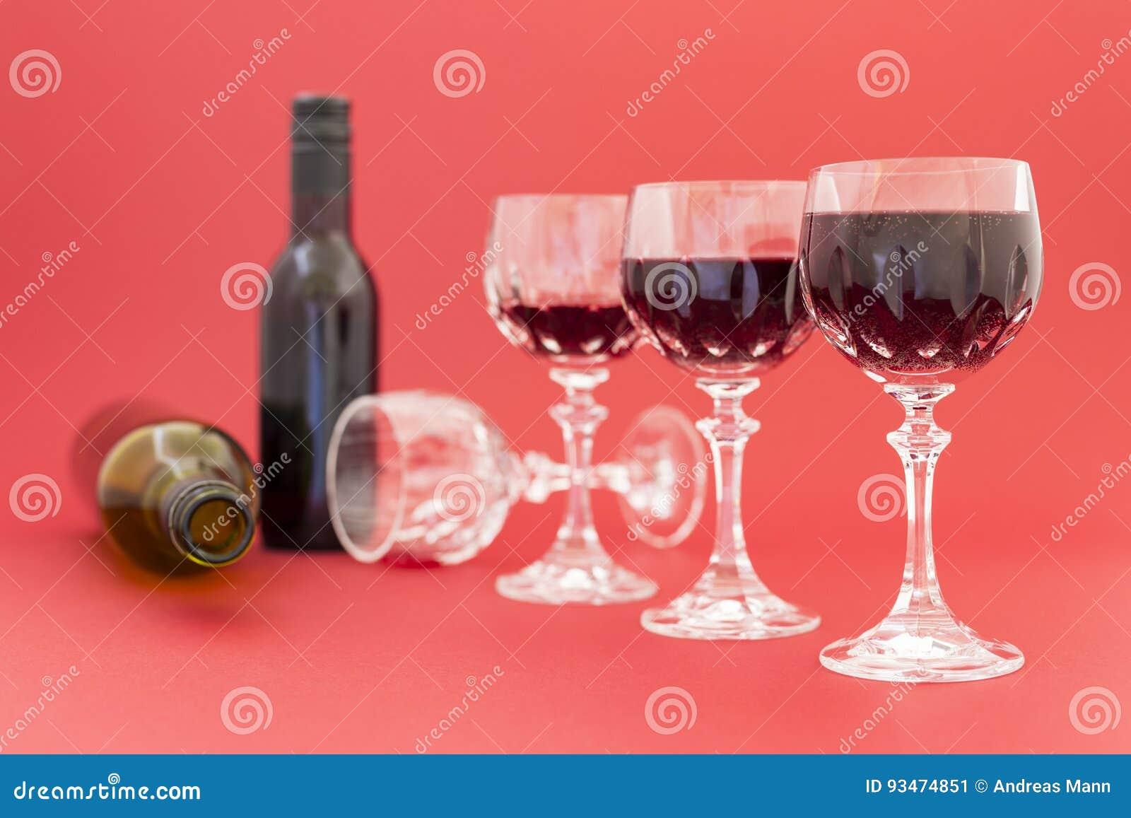 Dostawać pijący od czerwonego wina w eleganckich krystalicznych szkłach