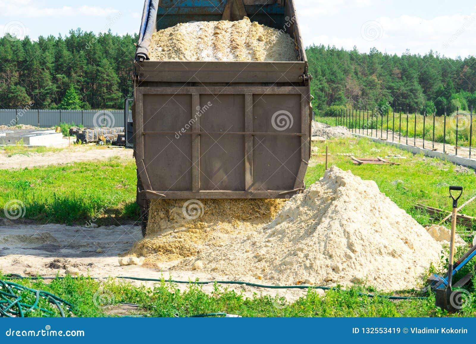 Dostawa piasek dla budowy usyp ciężarówka rozładowywa piasek Miejsce dla twój teksta