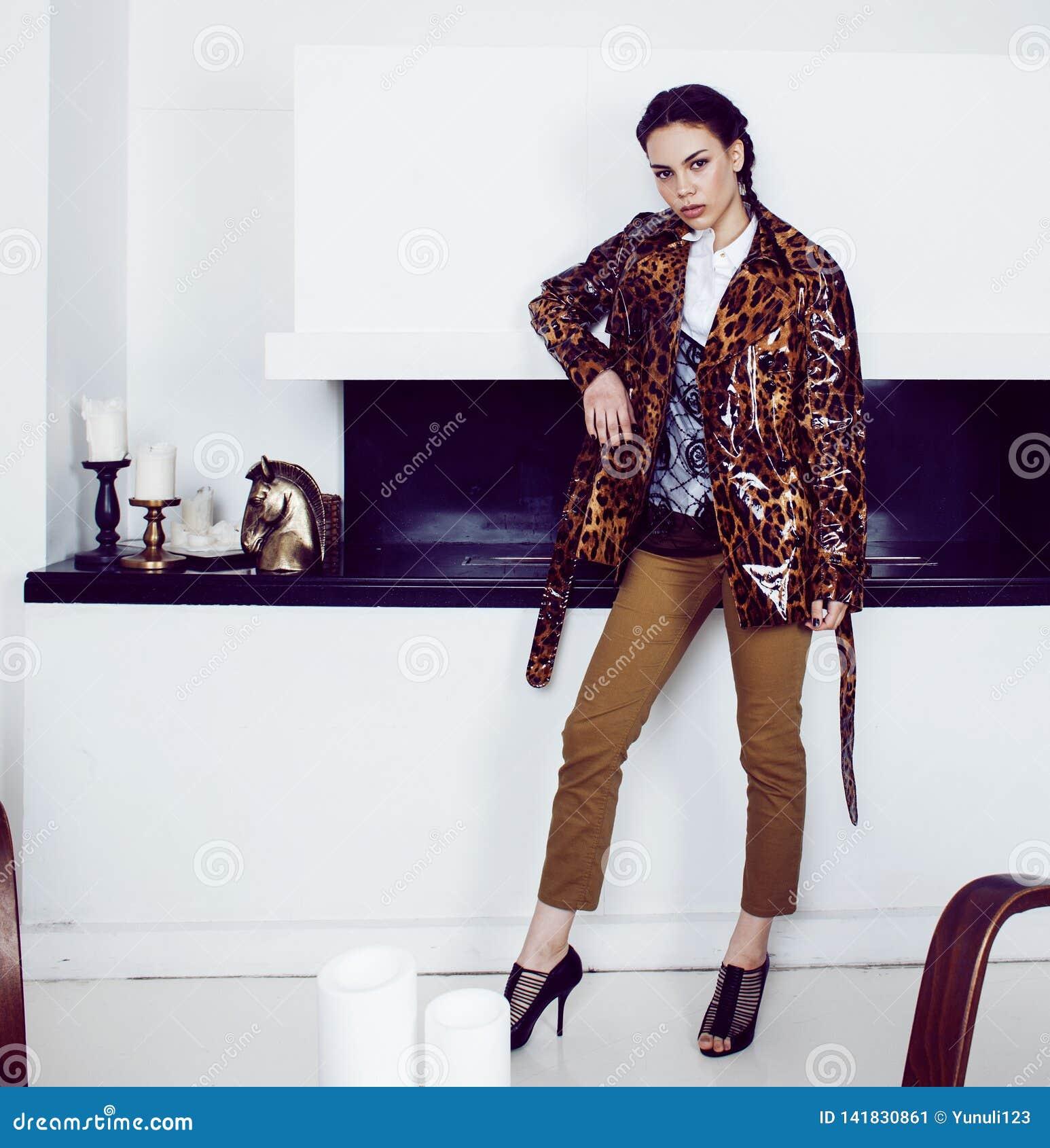 Dosyć elegancka kobieta w mody sukni z lamparta drukiem w luksusu domu wnętrzu, styl życia pojęcia ludzie