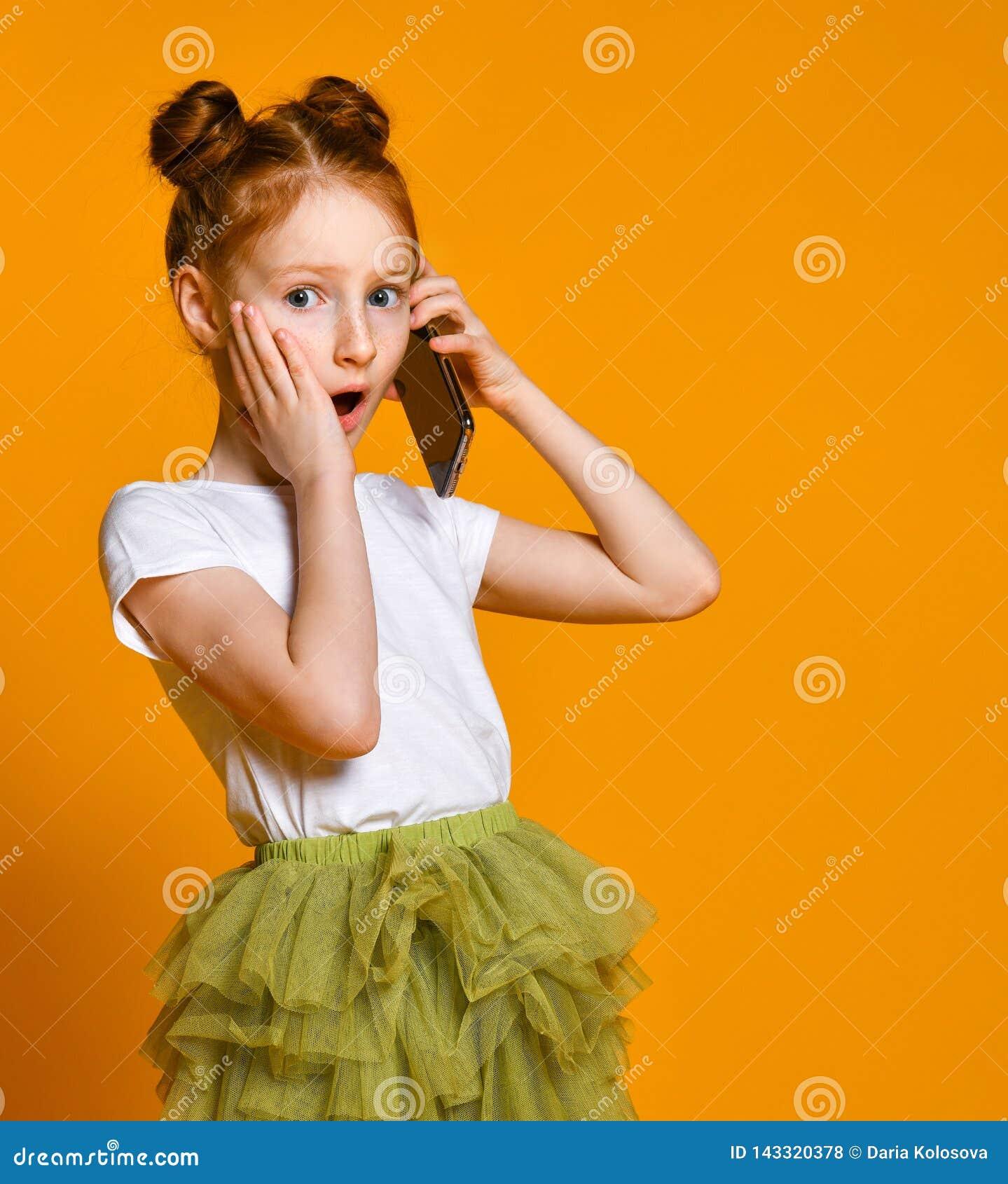 Dosyć emocjonalny małej dziewczynki mówienie telefonem komórkowym