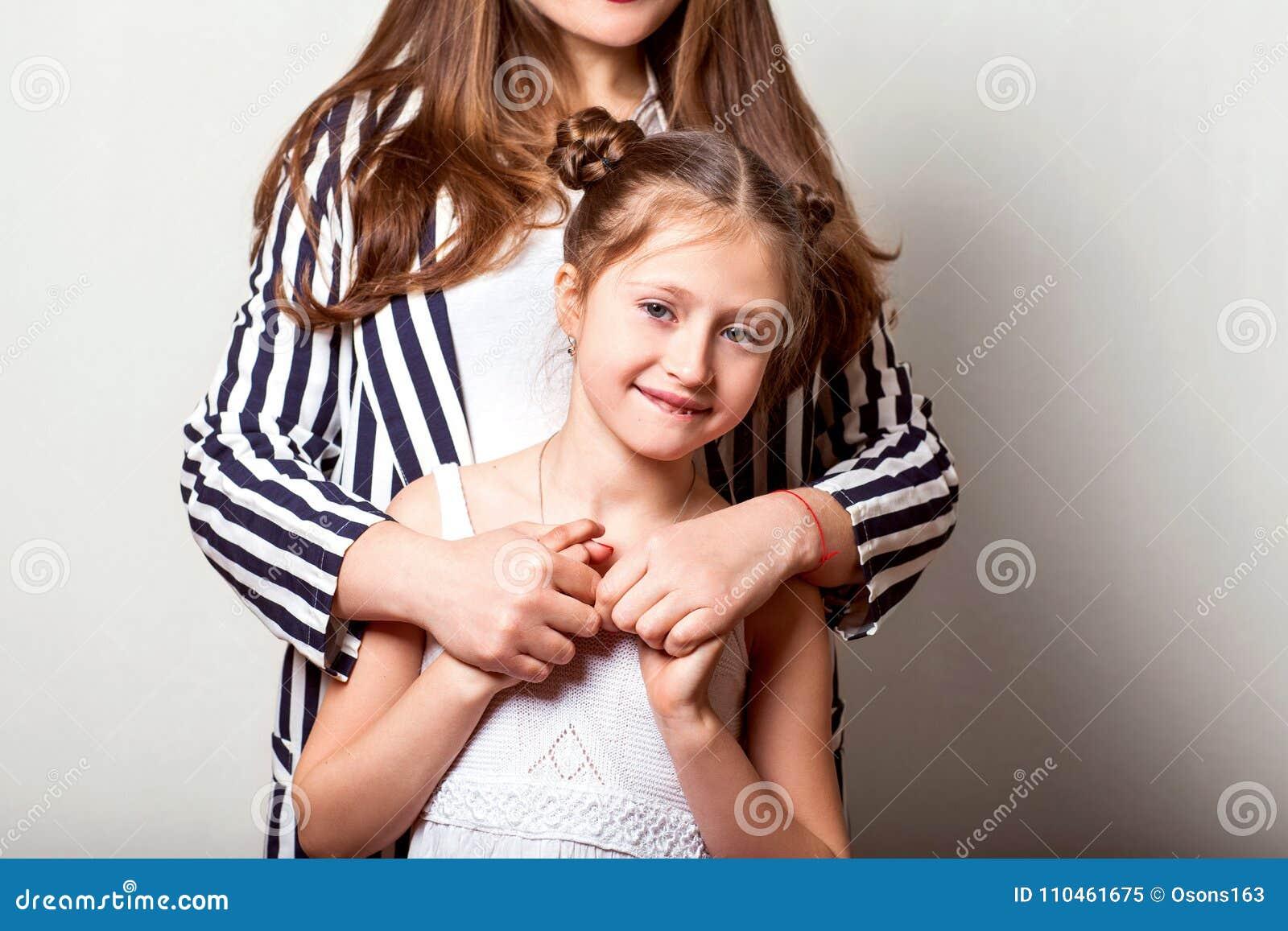 Dottern ger hennes moder blommor i studion, lycklig moder` s