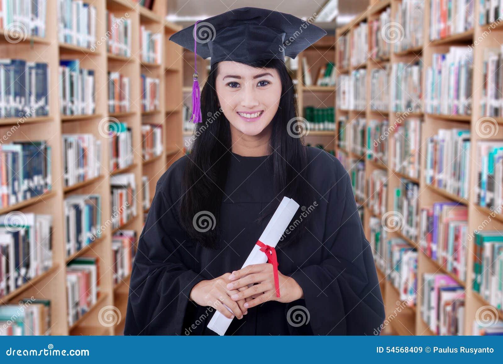 Dottorando che tiene un diploma in biblioteca