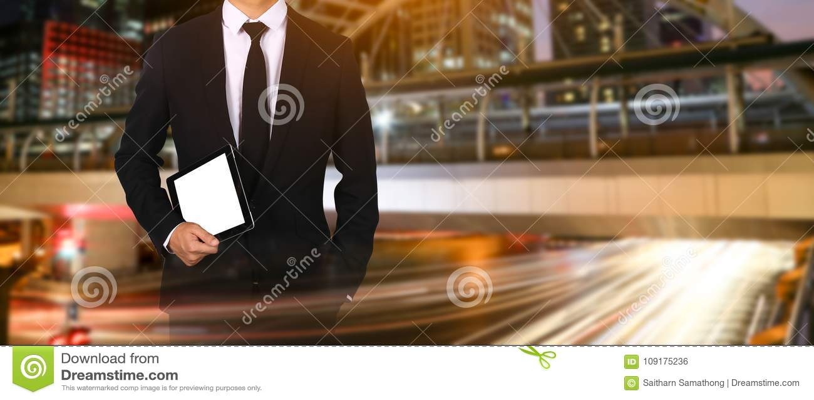 Dotyka ekran w ręka biznesmenie na miasto nocy świetle związek