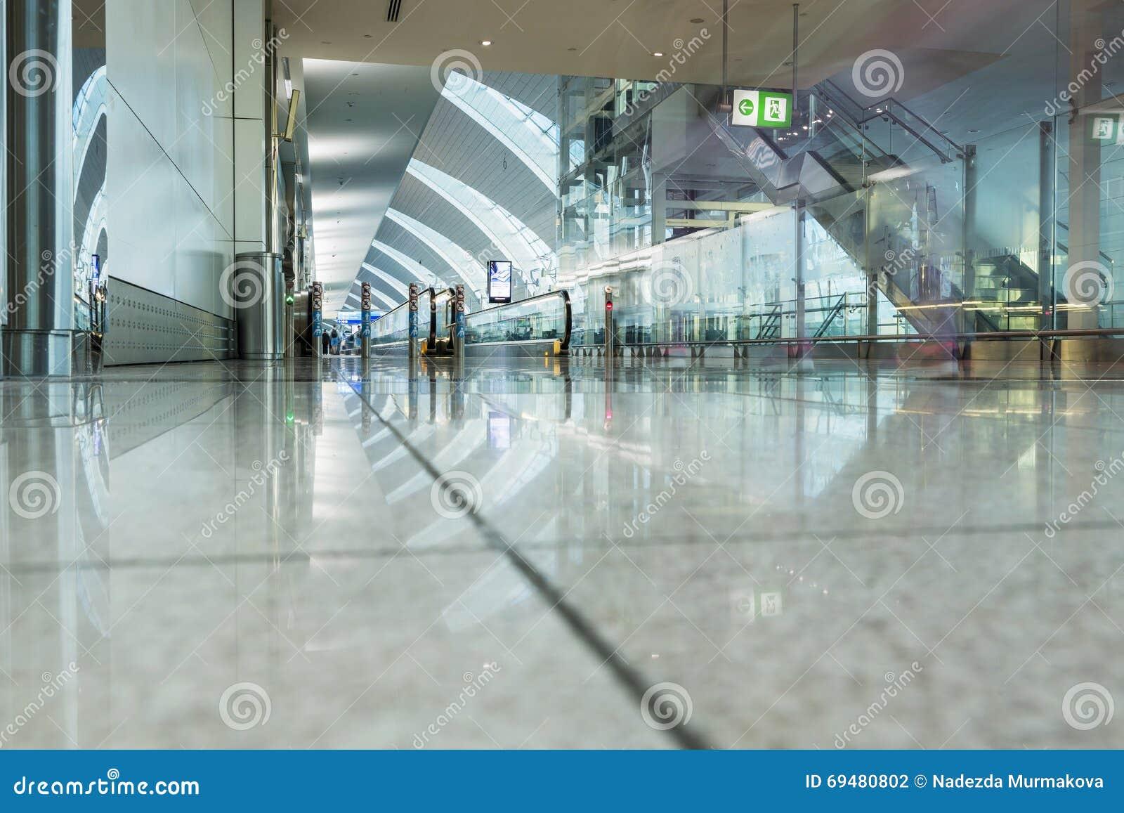 DOUBAI - APRIL 06: Passagiershal in Dubai International-Luchthaven
