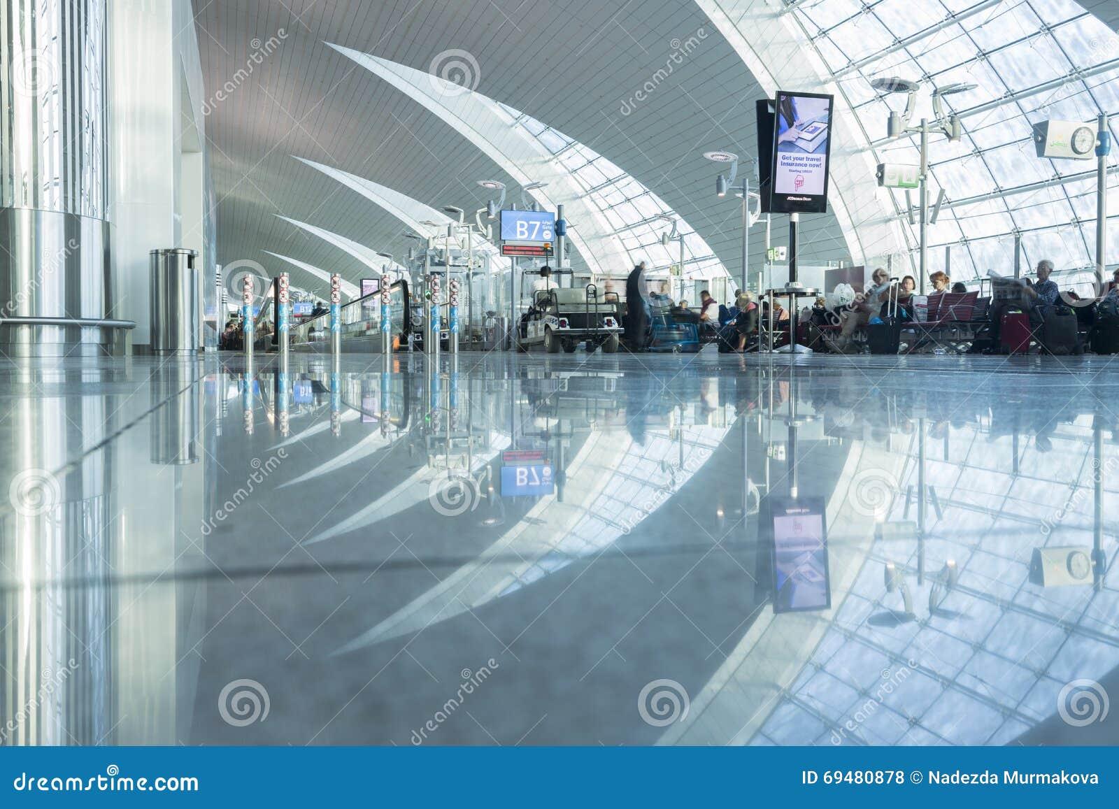 DOUBAI - APRIL 06: Passagiershal in Dubai International-Luchthaven op 6 April, 2016 in Doubai, de V.A.E