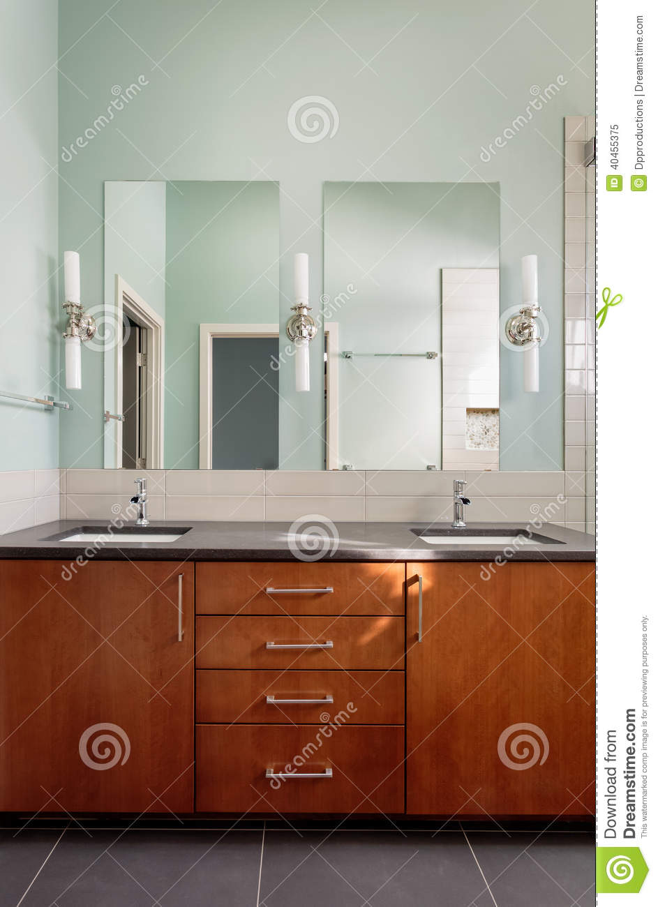 double vier et miroirs de vanit dans la salle de bains moderne image stock image 40455375. Black Bedroom Furniture Sets. Home Design Ideas