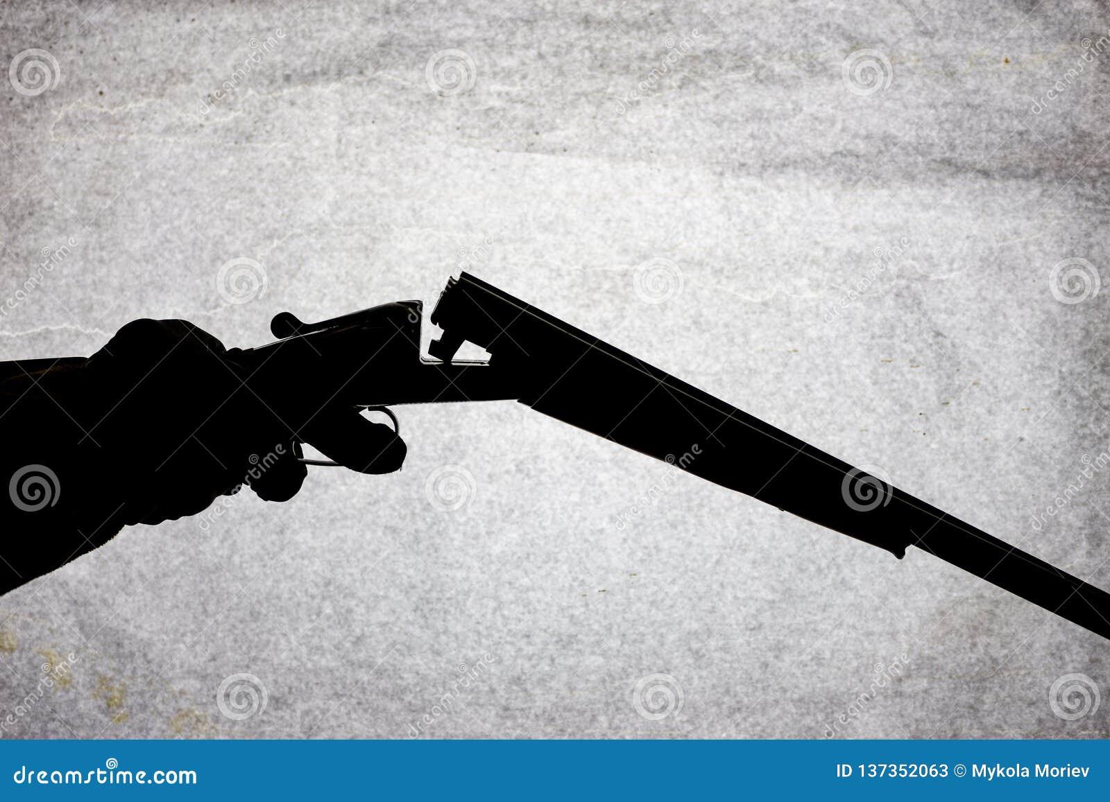 Double-barrell fusil de chasse lisse classique sur la main de l homme d isolement sur le fond en pierre clair