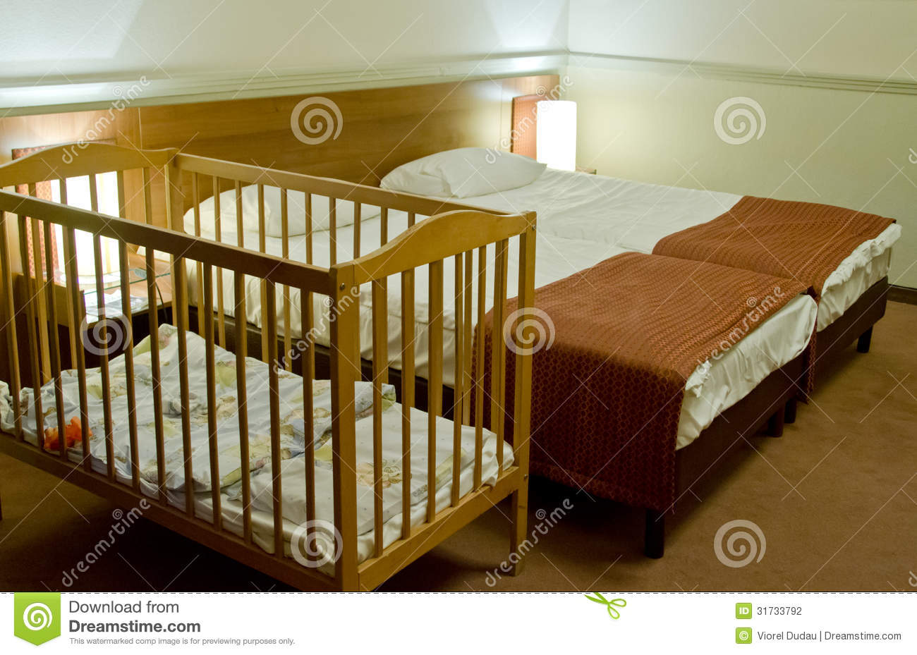 Baby bed next to bed - Double Bed Room With Baby Cot