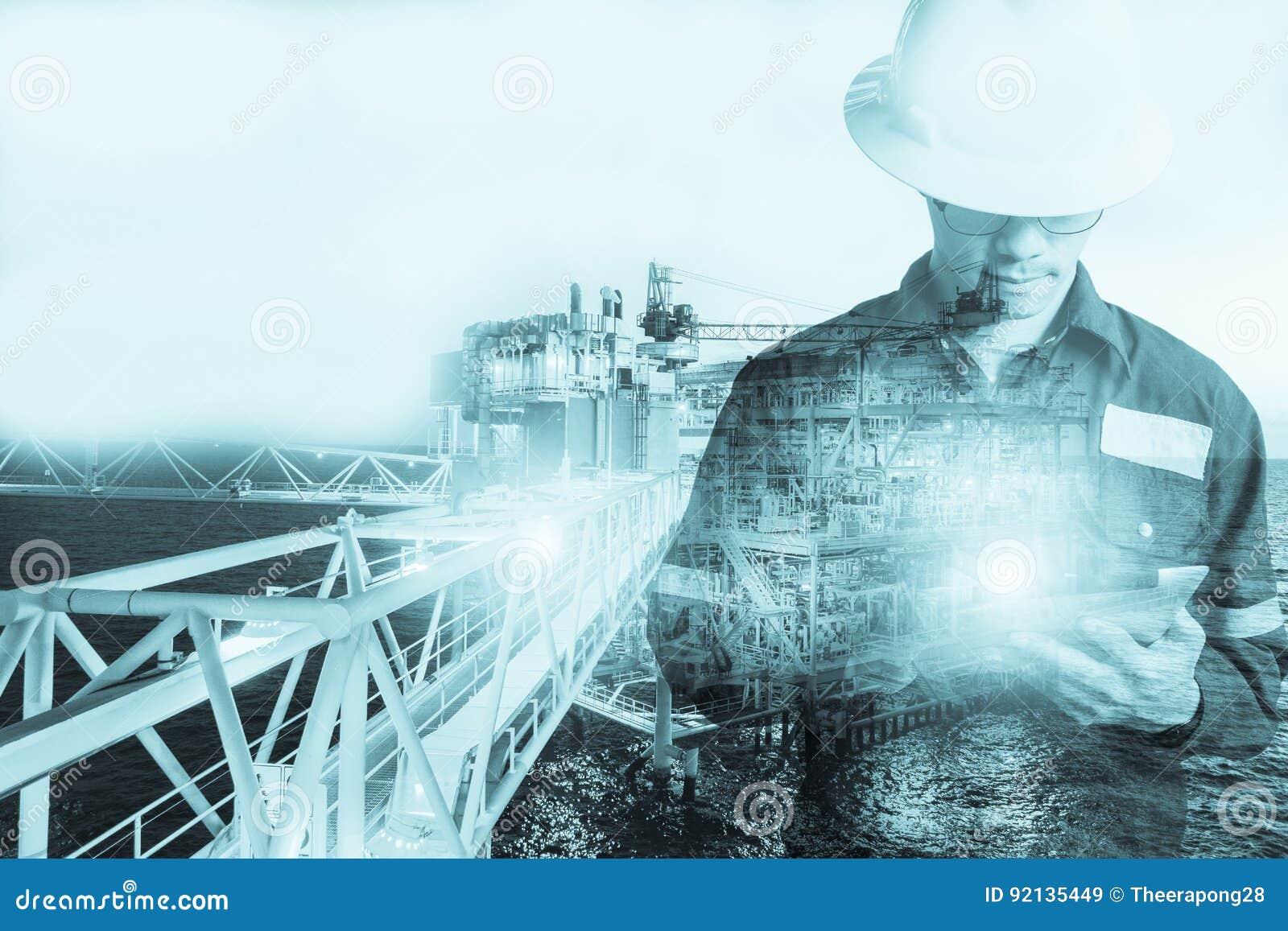 Double exposition d homme d ingénieur ou de technicien avec le casque de sécurité