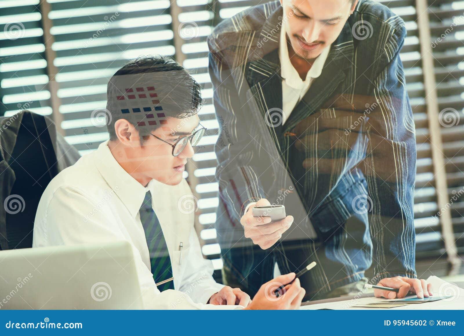 Double exposition de l équipe d affaires discutant des idées et prévoyant le projet à l investissement dans les branches d outre-
