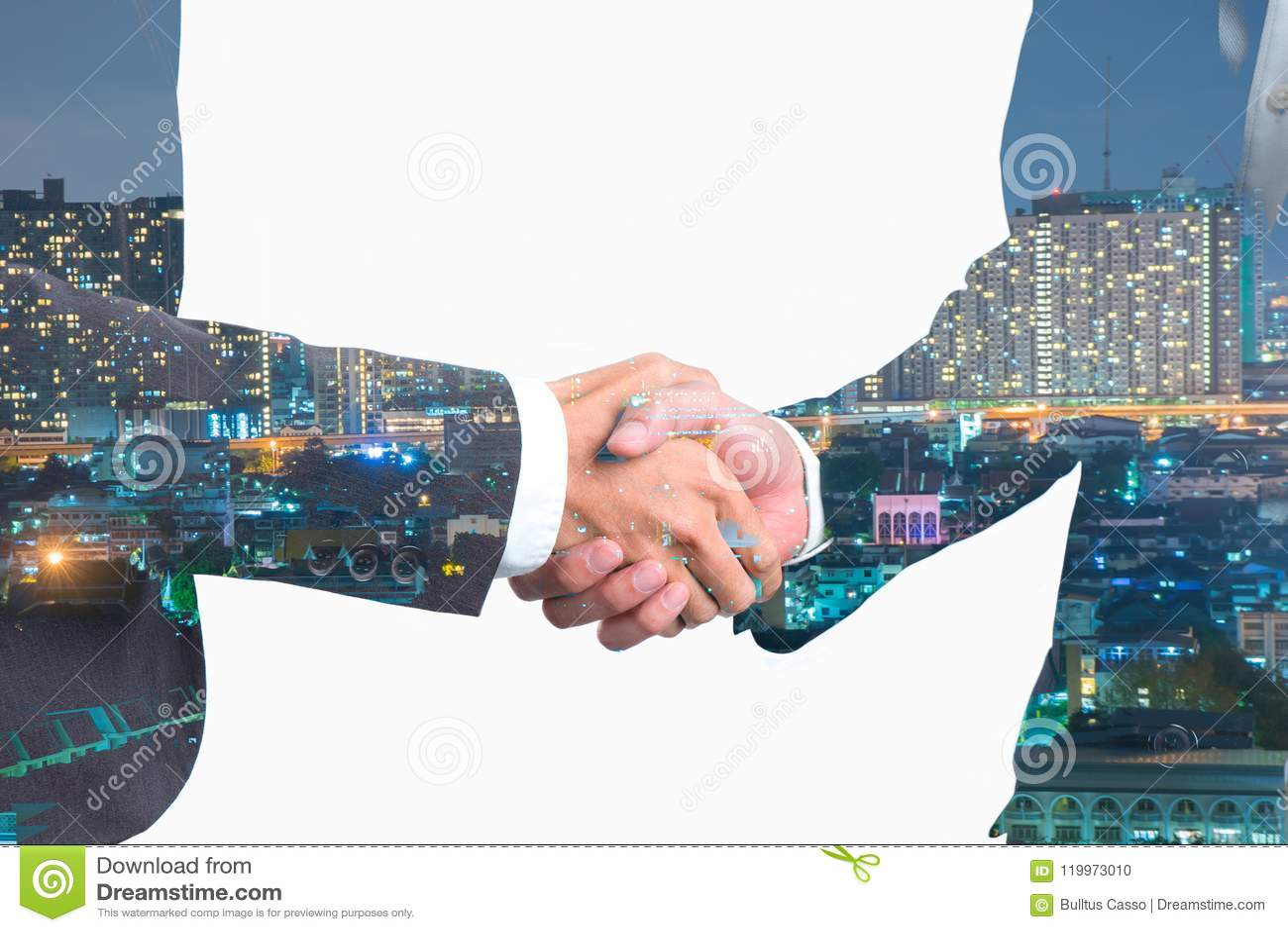 Double exposition des gens d affaires de poignée de main sur la centrale